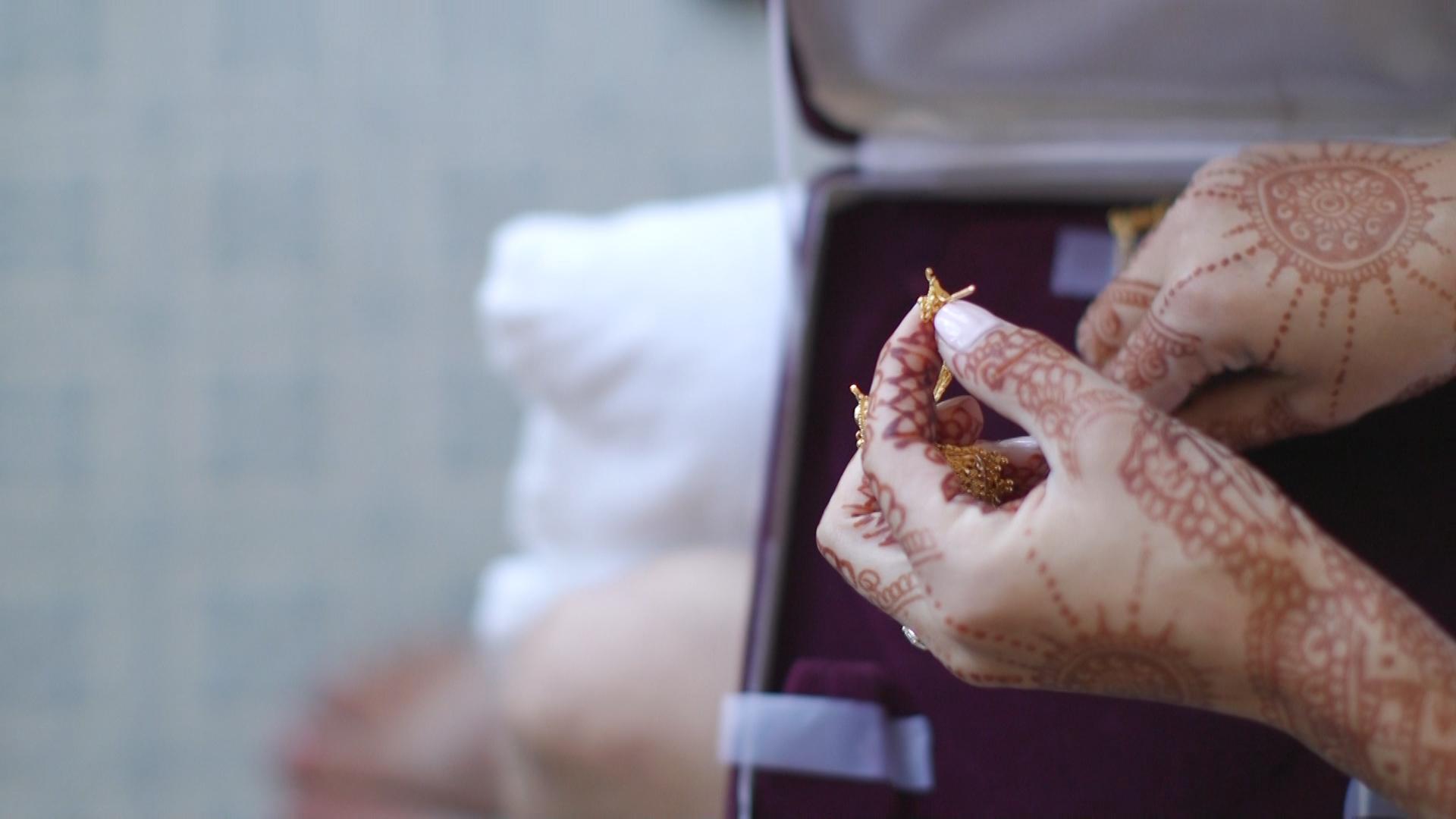 bride-hands-indian-wedding-jewlery.jpg