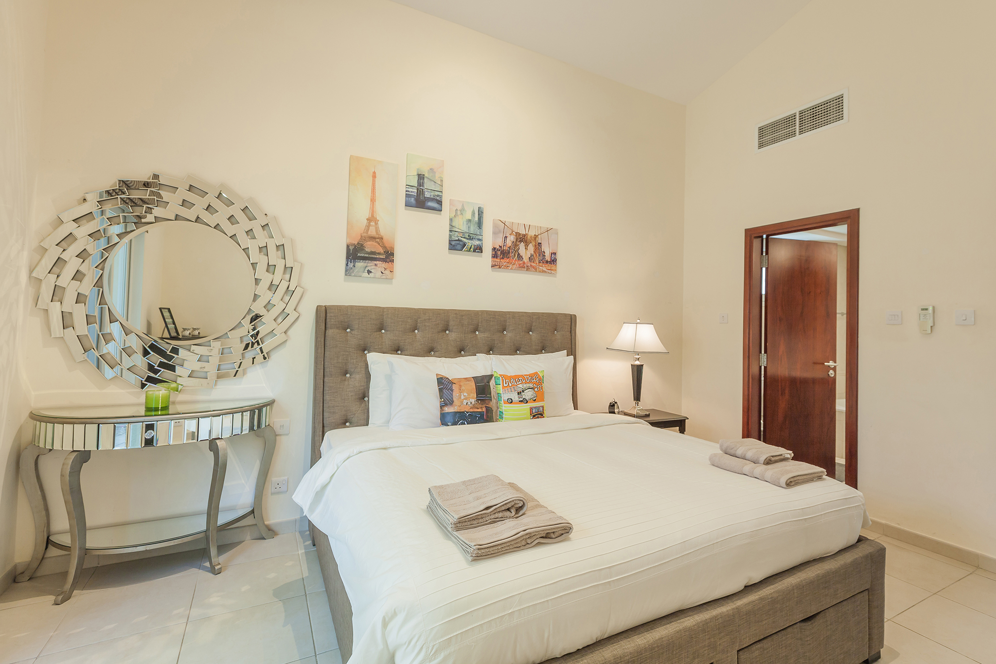 Second bedroom with en-suite and cozy ambiance