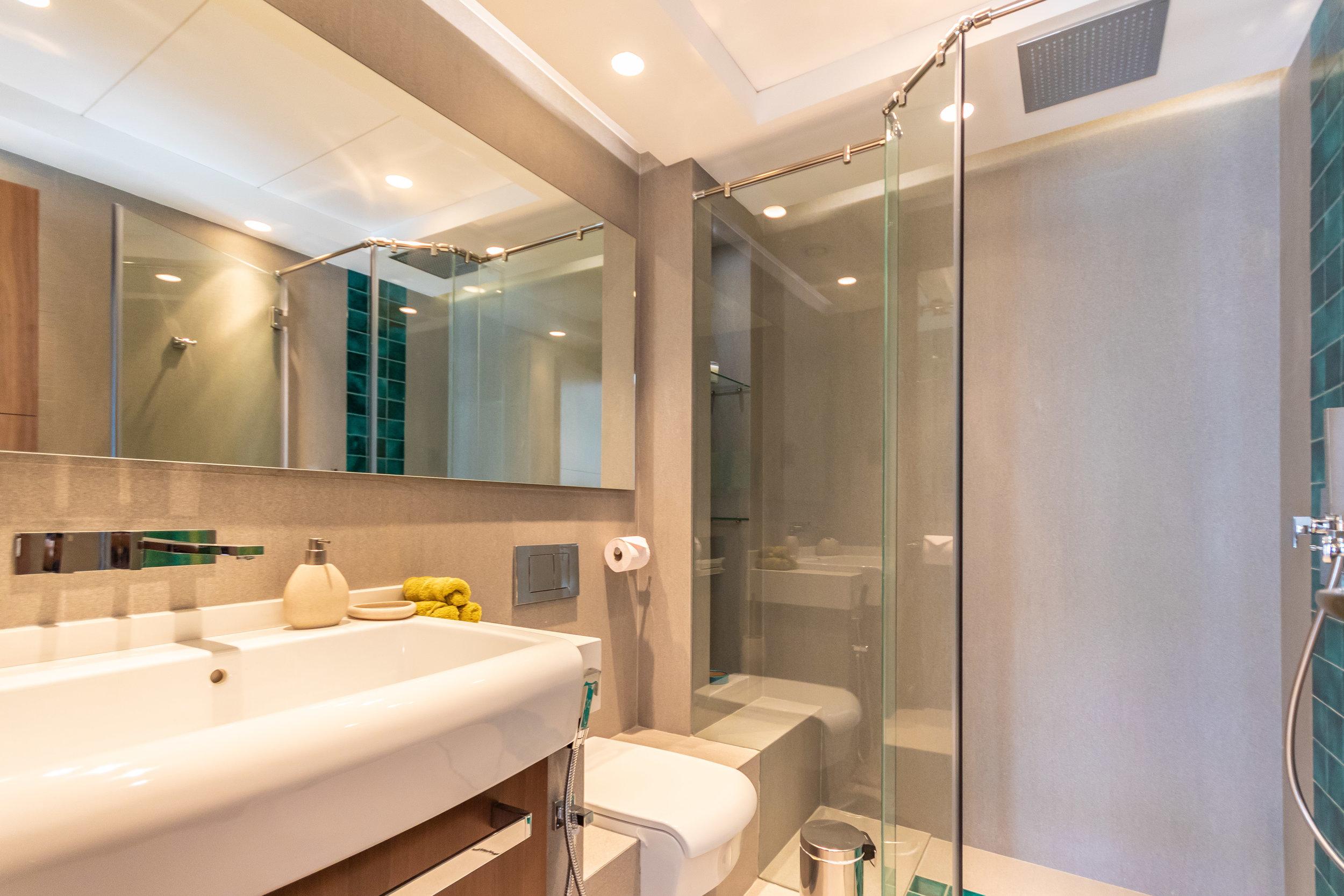 Master's en-suite with contemporary design