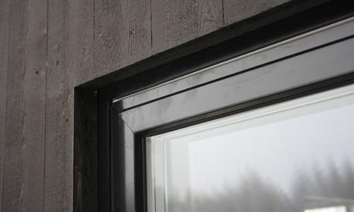 Fönster och dörrar i samma ton som fasaden och utan foder.