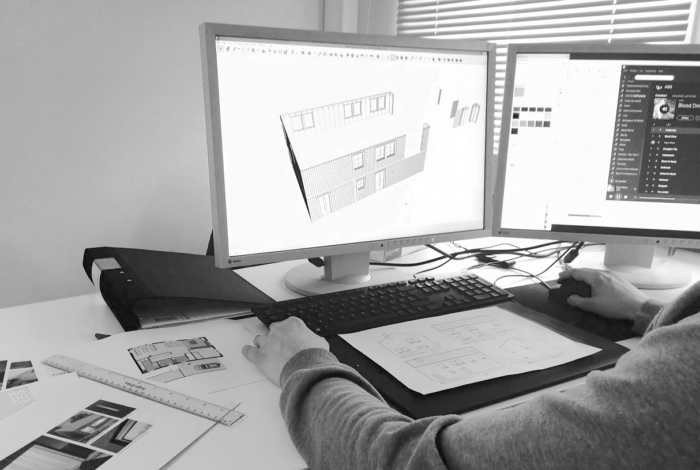 Kenneth på Kustvillan gör om mina ritningar till A och K-ritningar för bygglovsansökan som ska in nästa vecka. Foto: Kustvillan.
