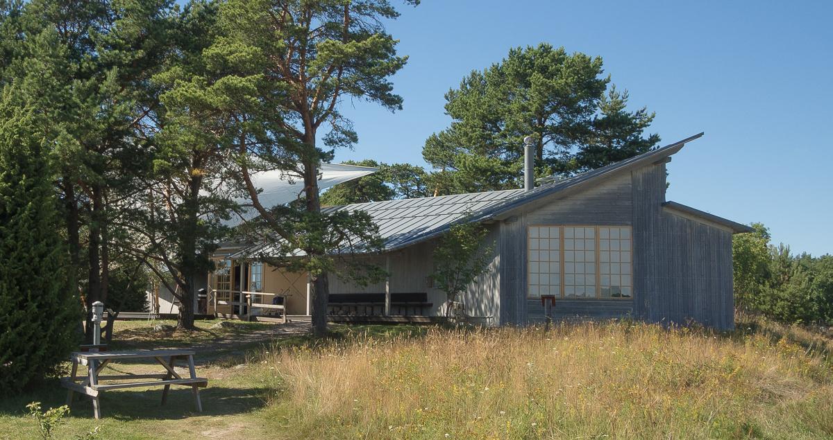 Naturum i Stendörren med fasad och takbeläggning i stil med vårt hus. Foto: Kalle Kiander.