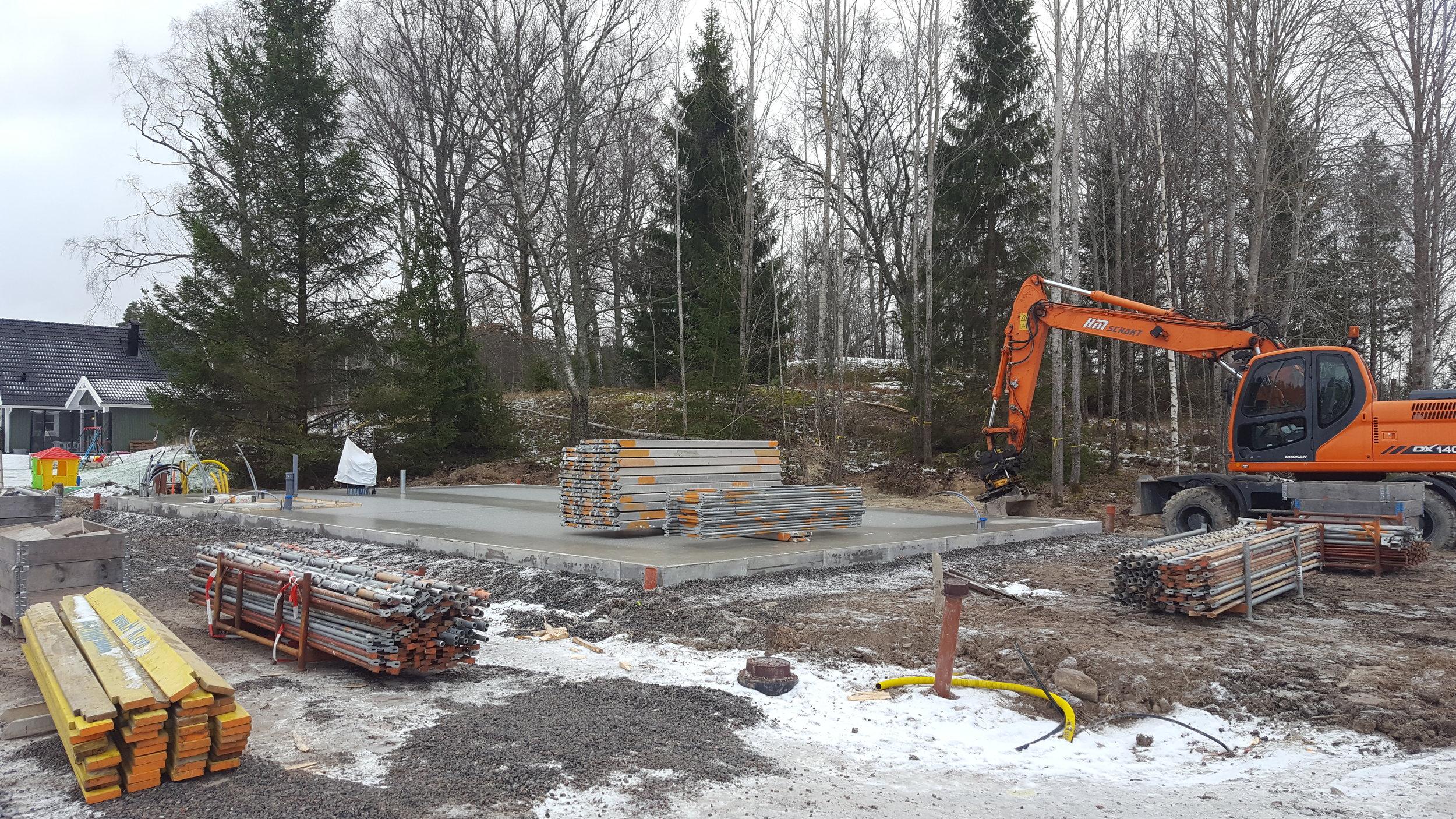 Byggställningen har kommit och en del träd har fällts.