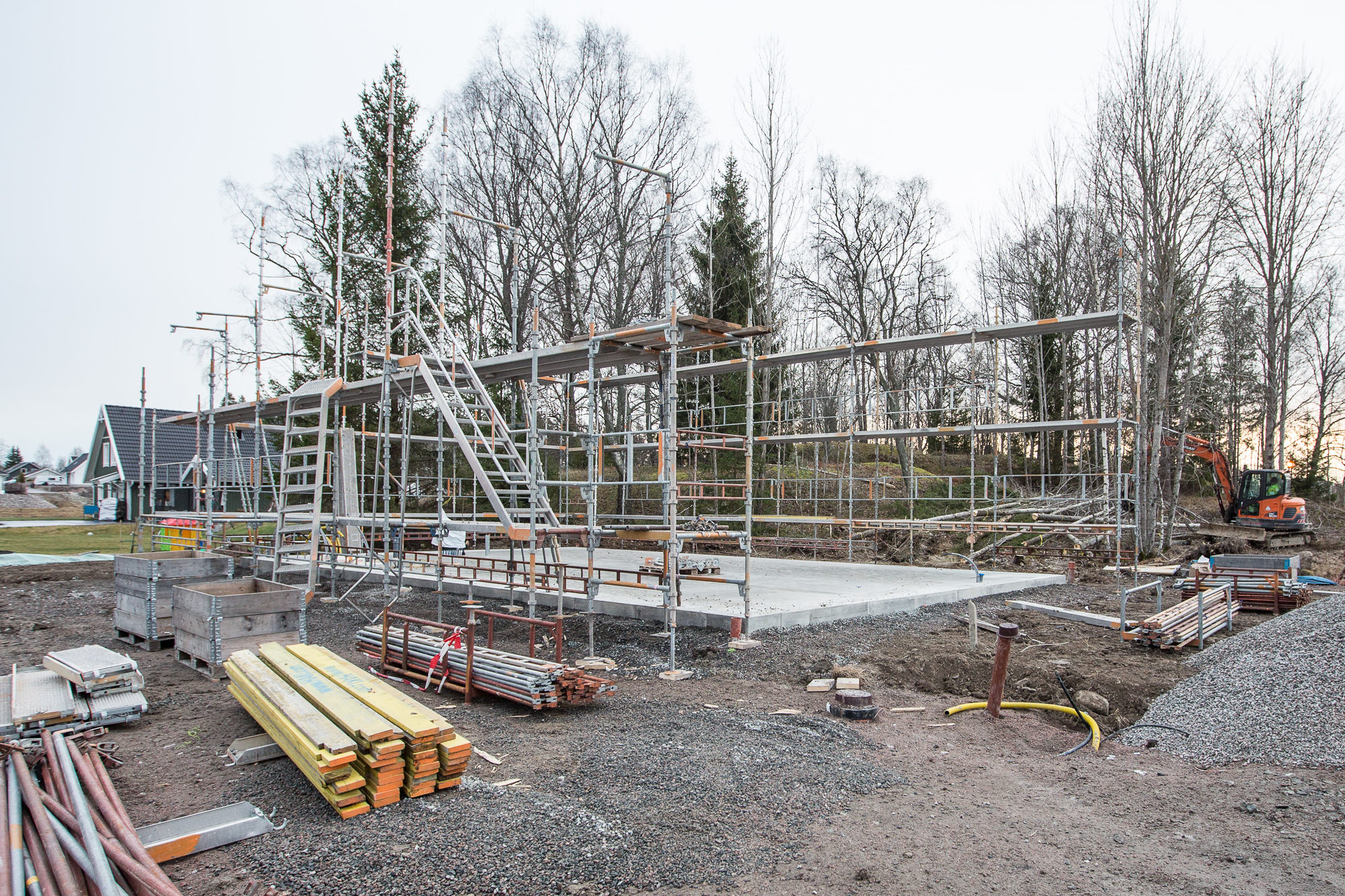 Nu när byggställningen kommit upp få man en liten aning om hur stort huset kommer att bli.