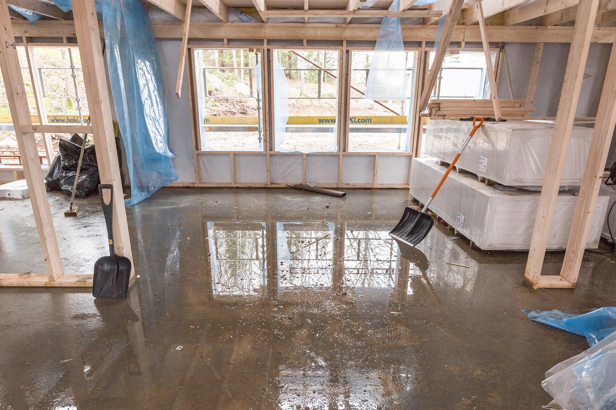 Det är en del fukt i huset, men den finns det en plan för med golvvärme och luftavfuktare som ska ta upp all den fukt betongplattan behöver avge för att komma ner till ca RF 85%, vilket är kravet för att man ska kunna lägga tätskikt och parkett.