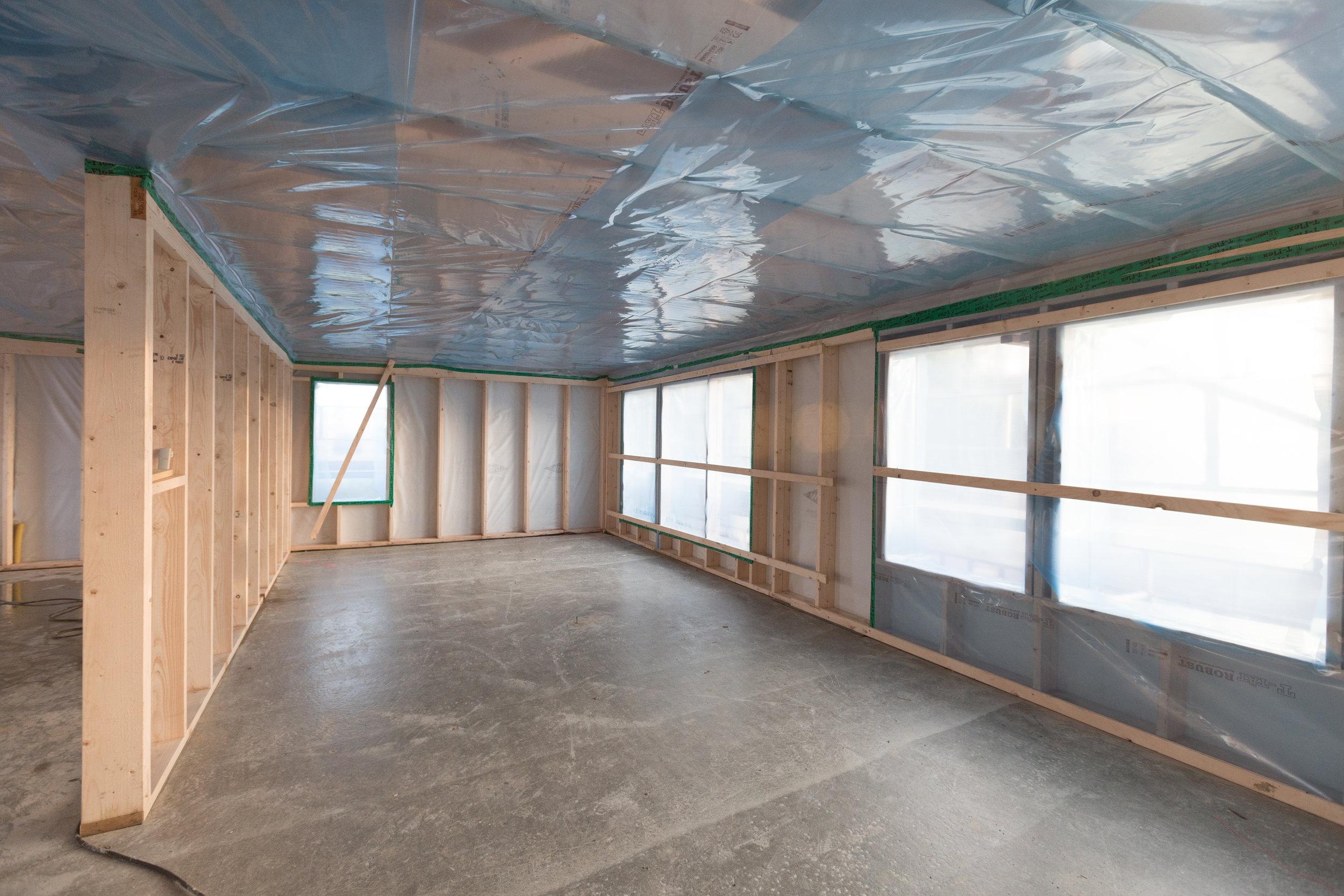 Hela nedervåningen är inplastad och avfuktare på plats. Golvvärmen kommer sen få ordentlig fart på uttorkningen av plattan.
