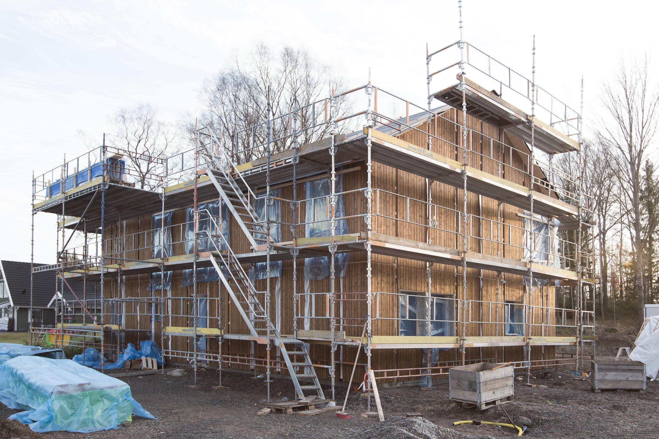 Blir skönt när byggställningen plockas ner så man ser huset ordentligt. Men det dröjer minst en månad till.