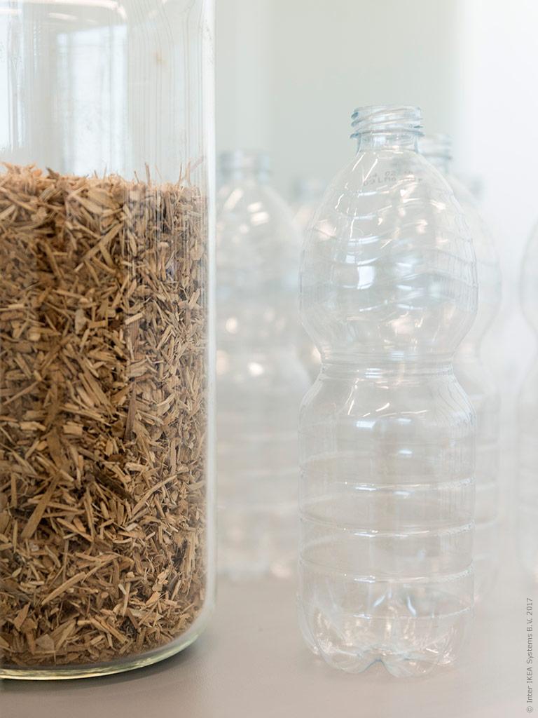 Luckorna tillverkas av återvunnet trä som kläs med en folie av återvunna PET-flaskor för att minska resursspill.