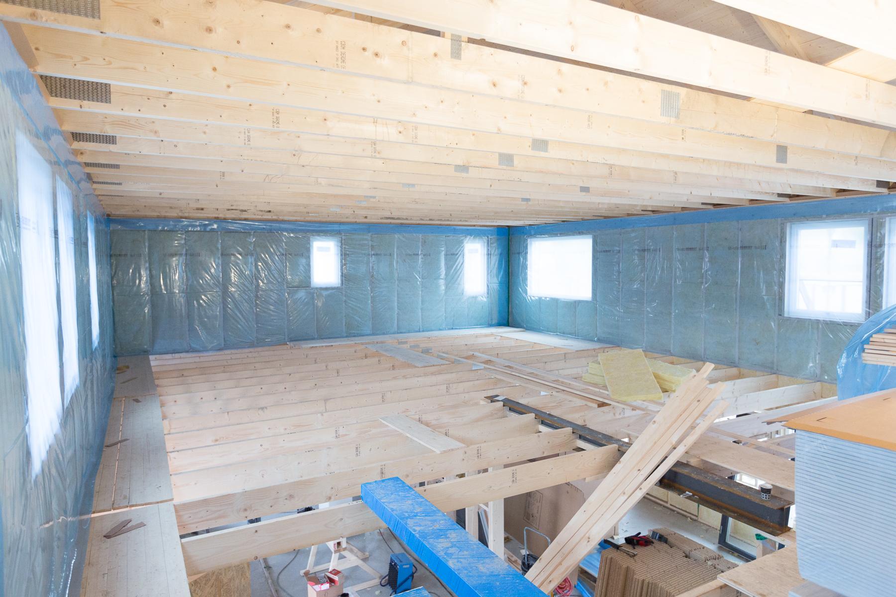 På övervåningen täcks nu väggarna av ålderbeständig byggfolie. På den kommer sedan 45x95 regel,95 mm isolering och till sist dubbla lager gips.