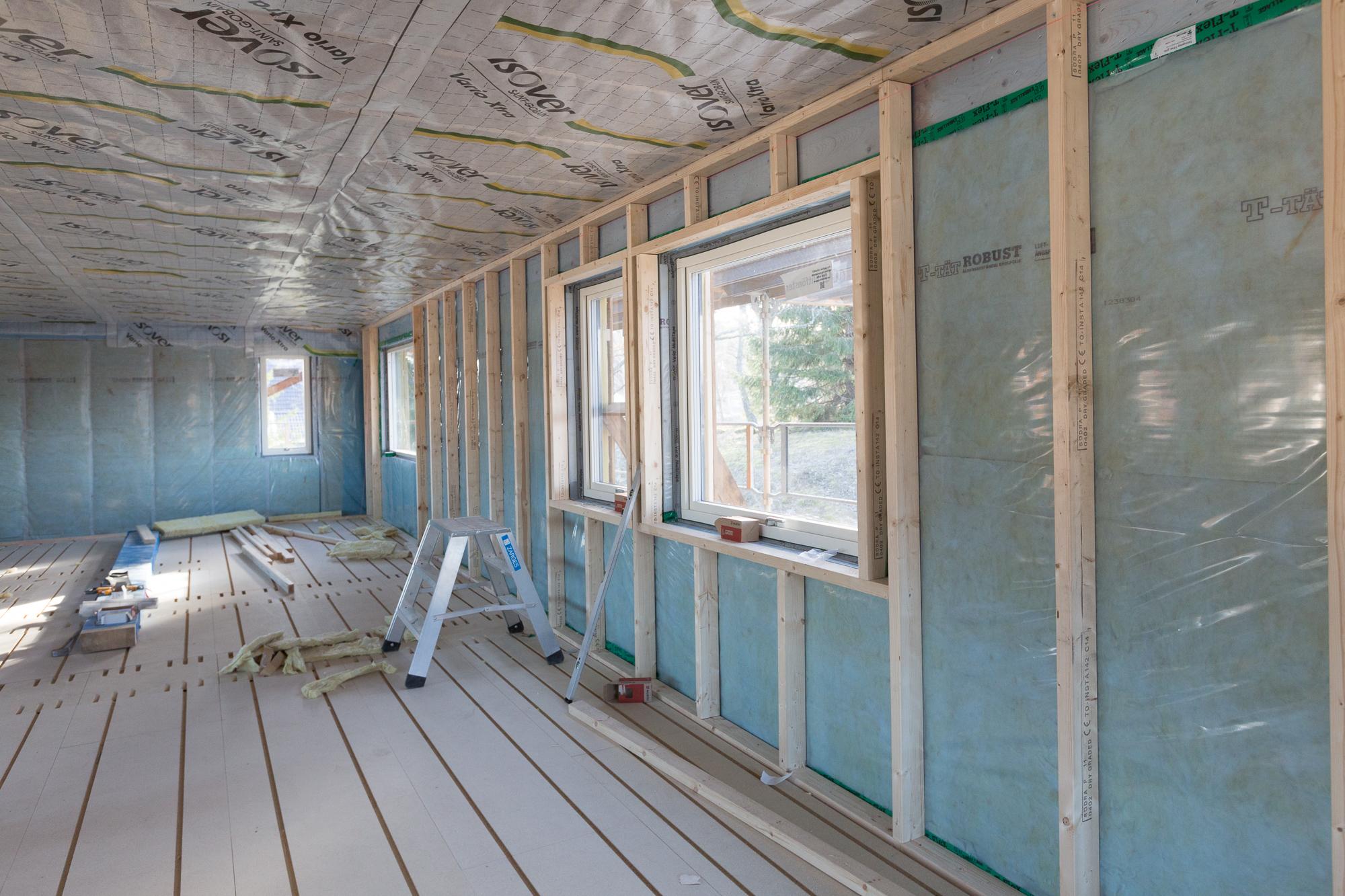 Reglarna för installationsväggen börjar komma upp på övervåningen, liksom ångbroms mot vind.