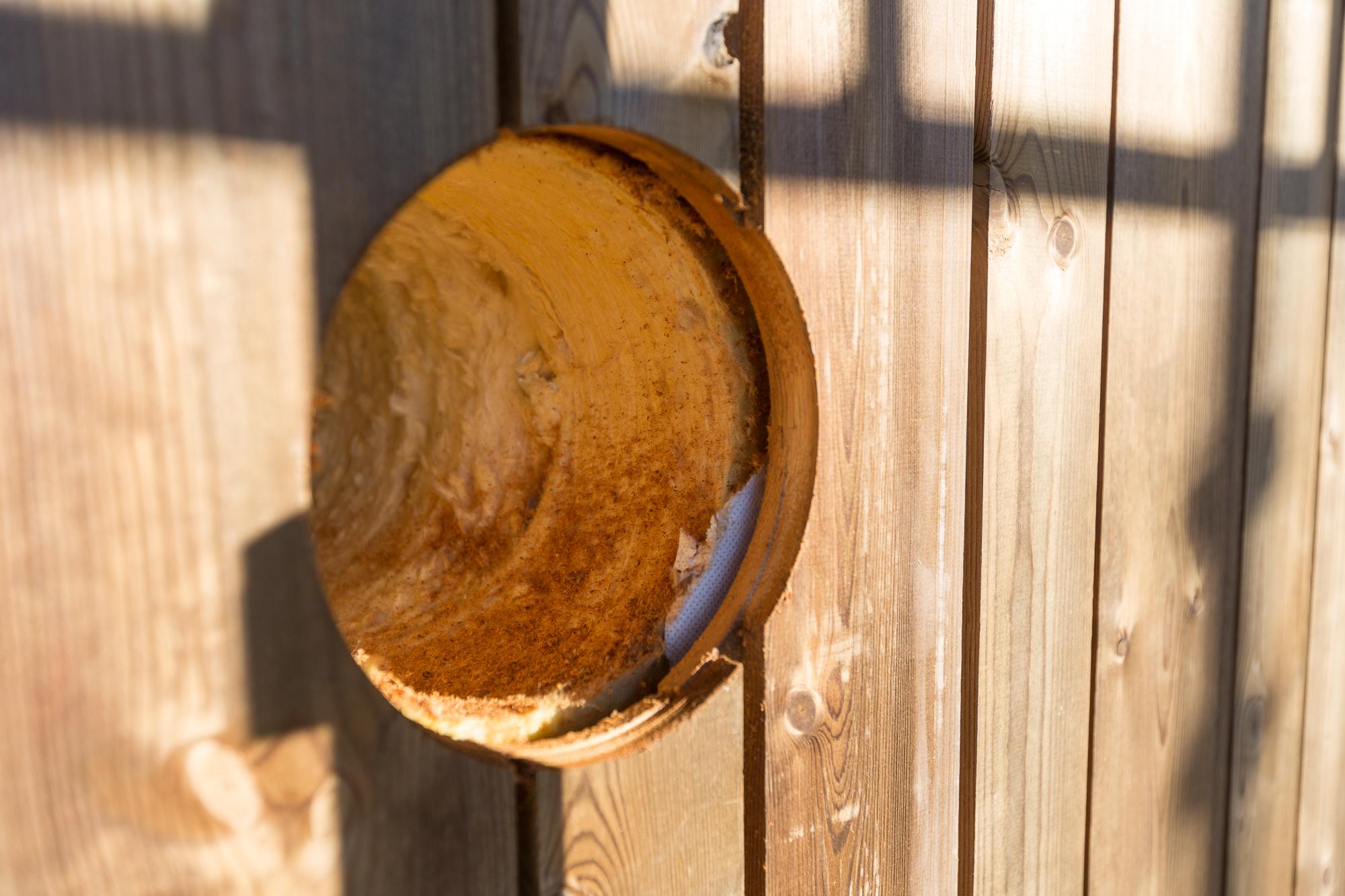 Hål i ytterväggen för imkanal till köksfläkten.
