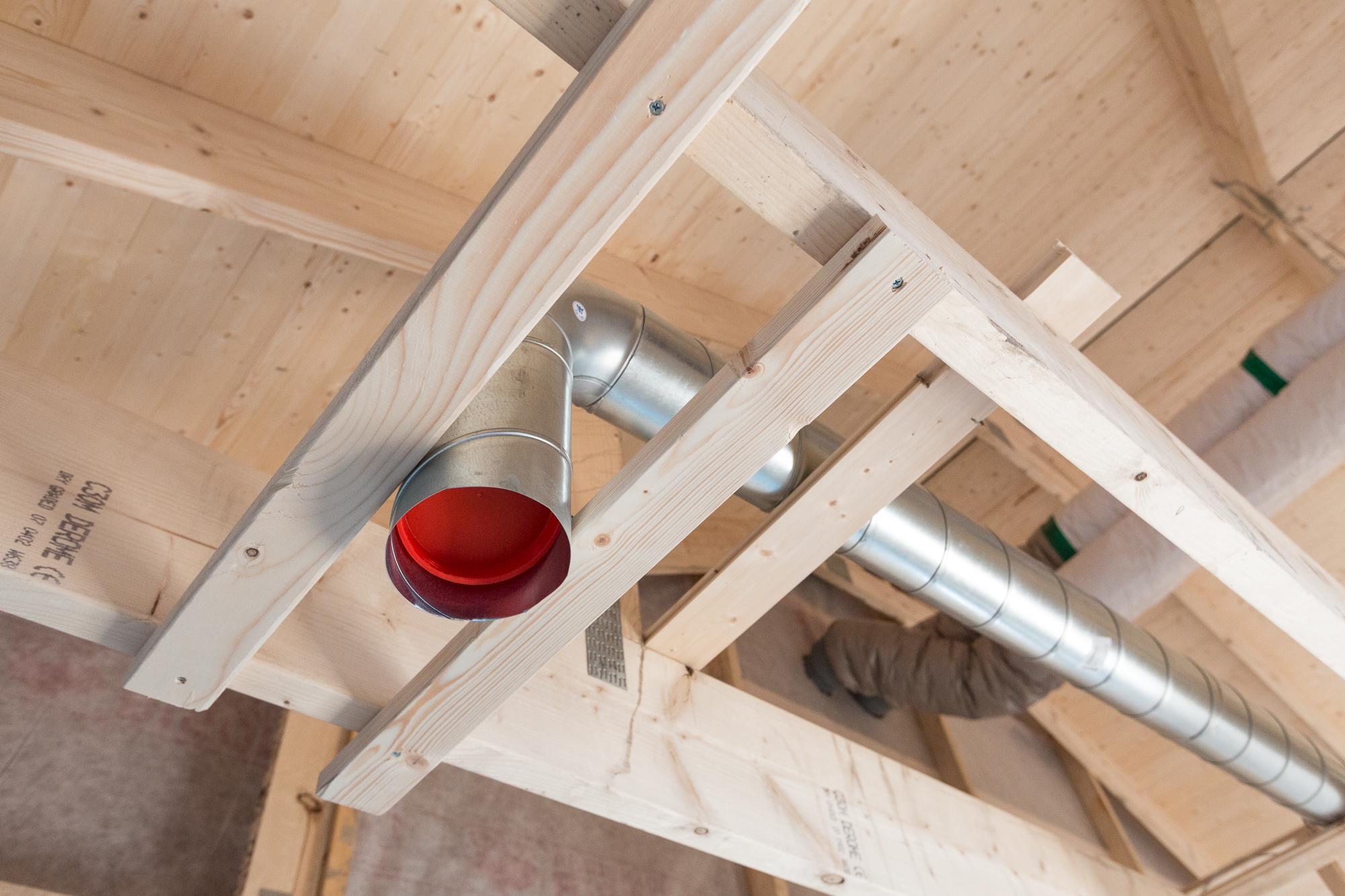 Ventilationskanalen ska så småningom ner genom gipstaket och förses med ett till- eller frånluftsdon.