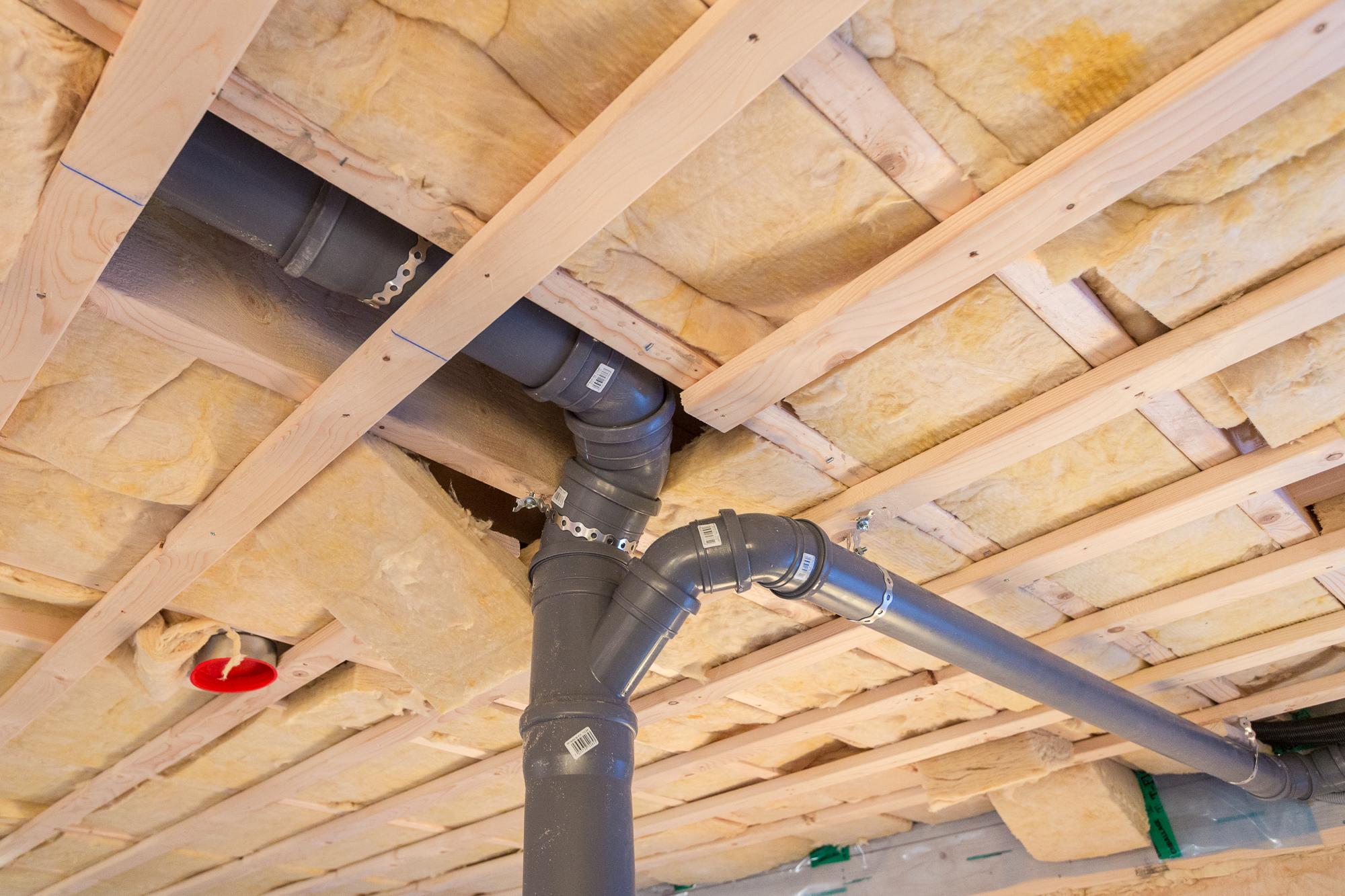 EDC Bygg  har nu dragit upp vatten och avlopp till badrummet på övervåningen.
