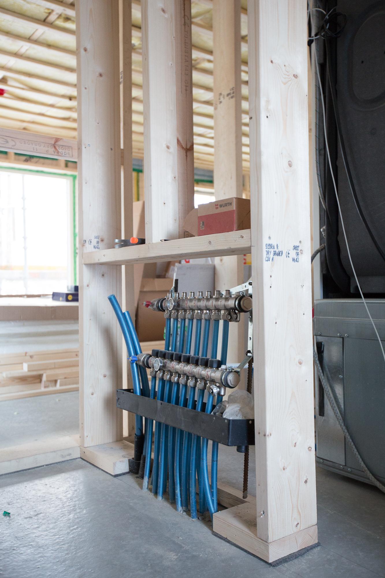 I väggen mellan tvättstuga och hall byggs ena fördelningsskåpet för golvvärme in. Blir ett för övervåningen också.