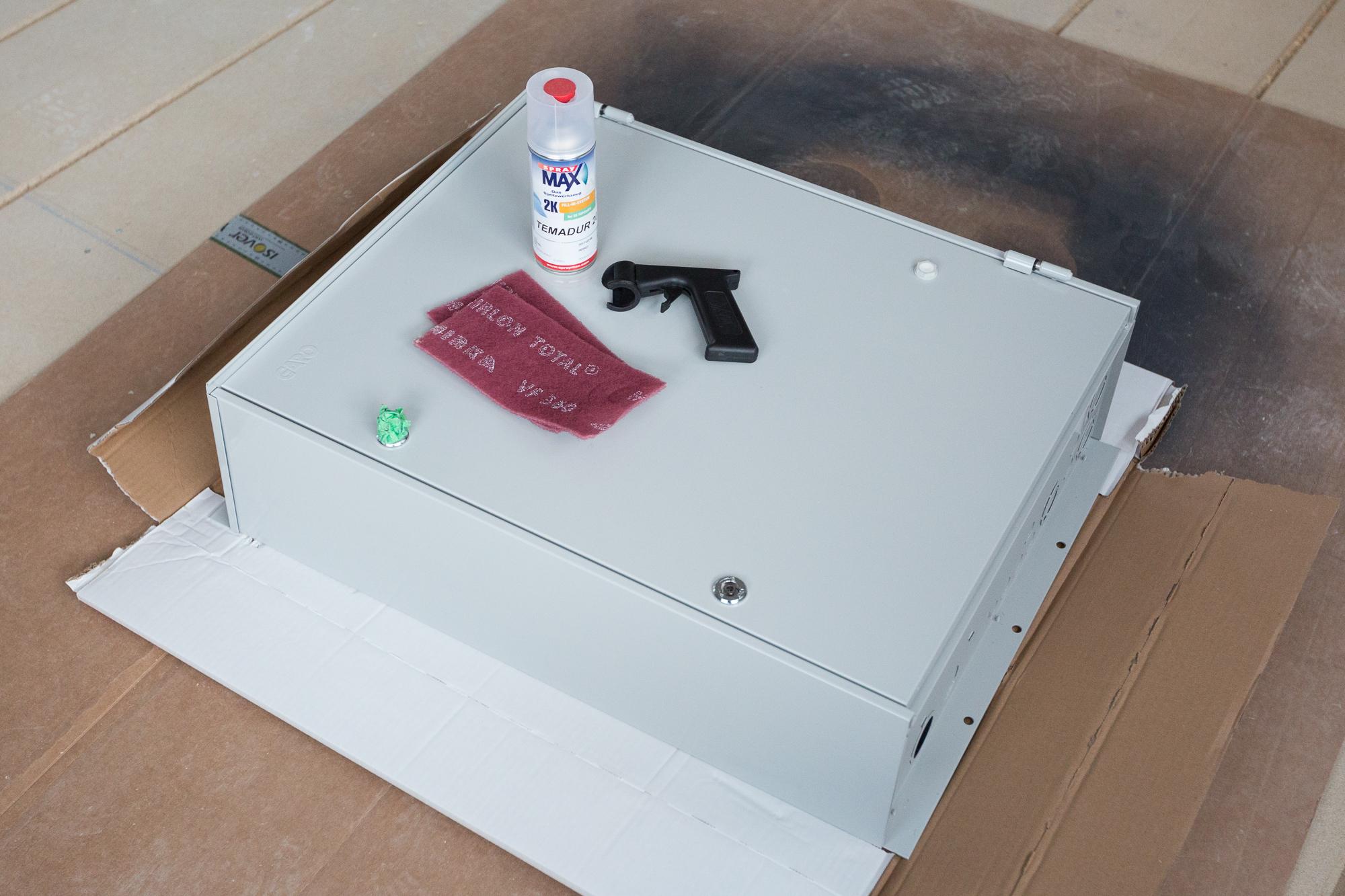 Elmätarskåpet sprayas för att matcha övriga exteriöra detaljer i grafitgrått (RAL 7024).