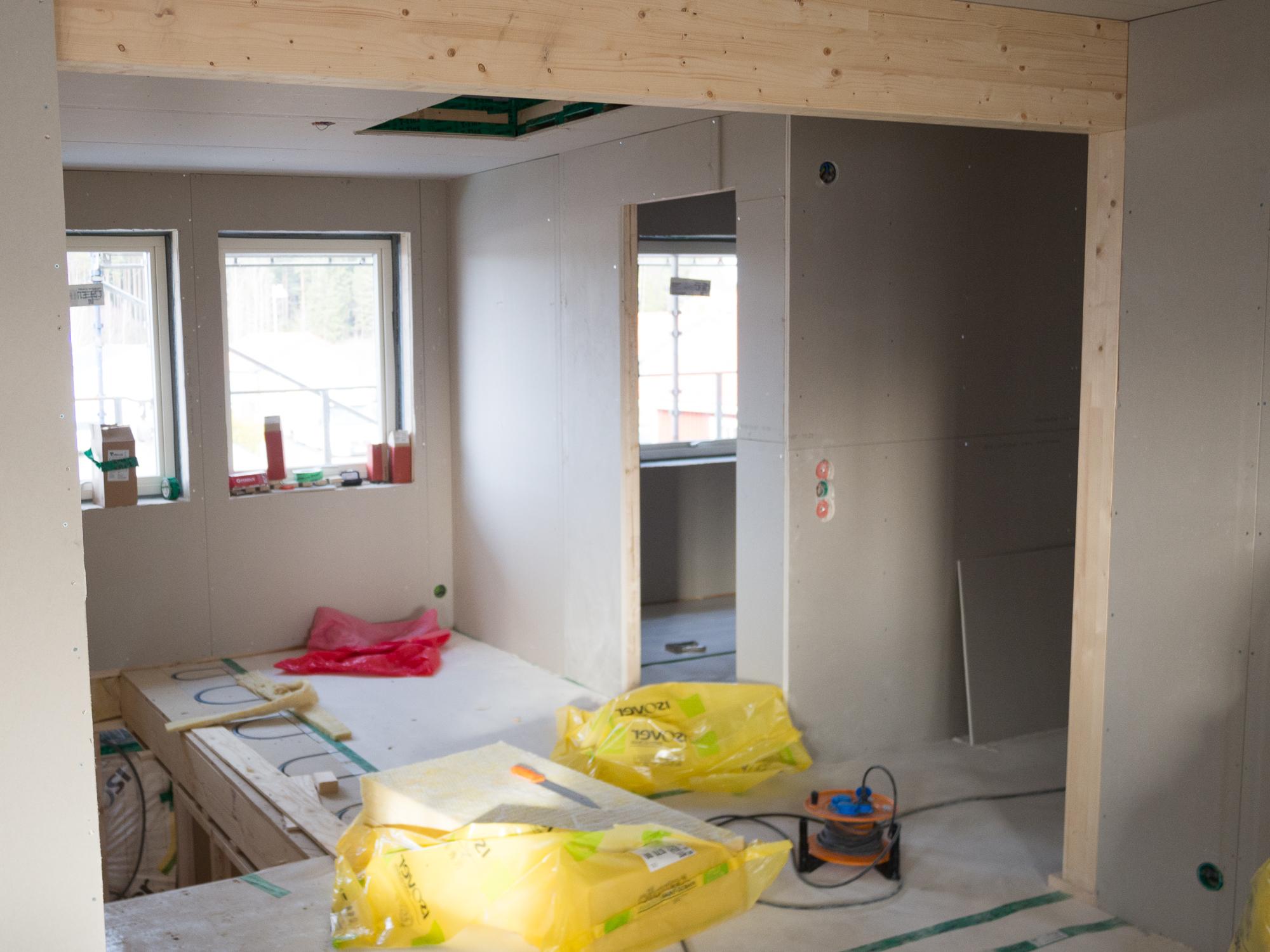 Barnrum 3 av 3. Till höger hall till badrum, master bedroom och walk in closet.Vy från allrummet på övervåningen.