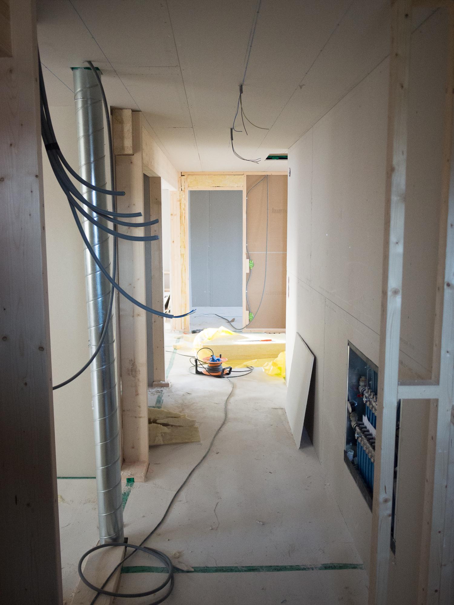 Hallen på övervåningen. Till vänster master bedroom och en garderobvägg. Vy från badrummet.