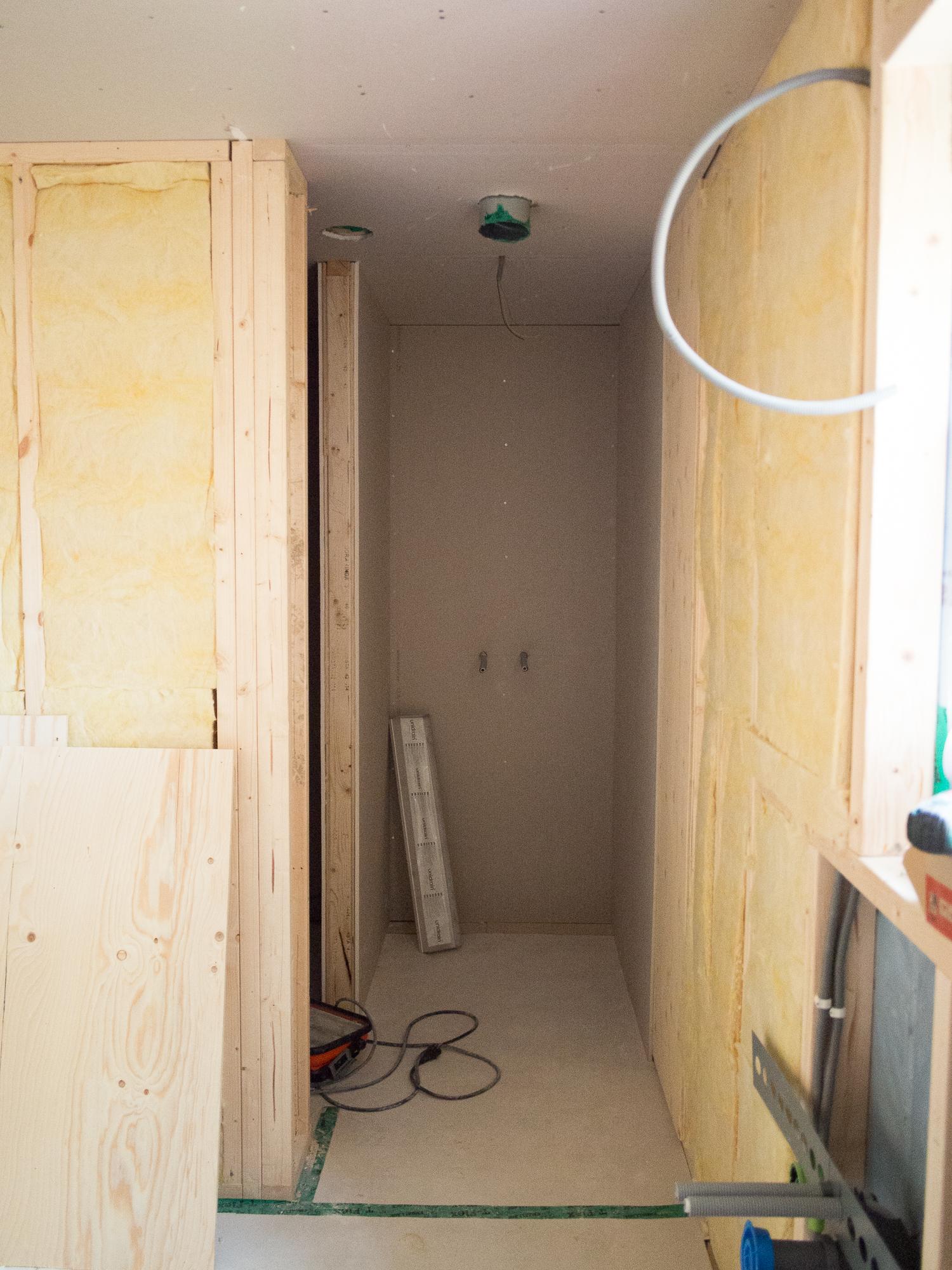 Duschen och till vänster bastun.