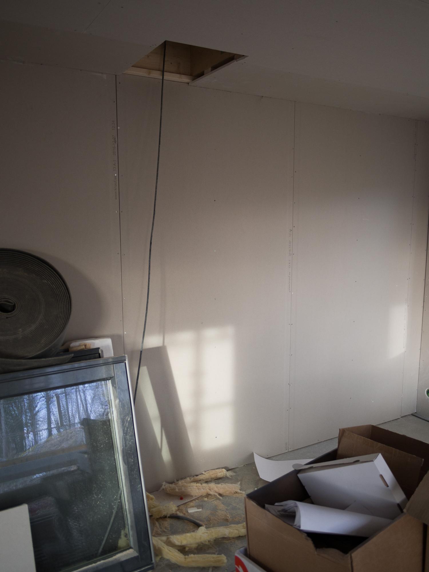 Här i vardagsrummet på nedervåningen ska braskaminen stå.