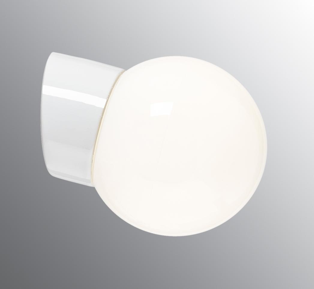 Även de belysningsarmaturer vi valt är riktiga klassiker  –Ifö Electric Classic Glob  (sponsor).