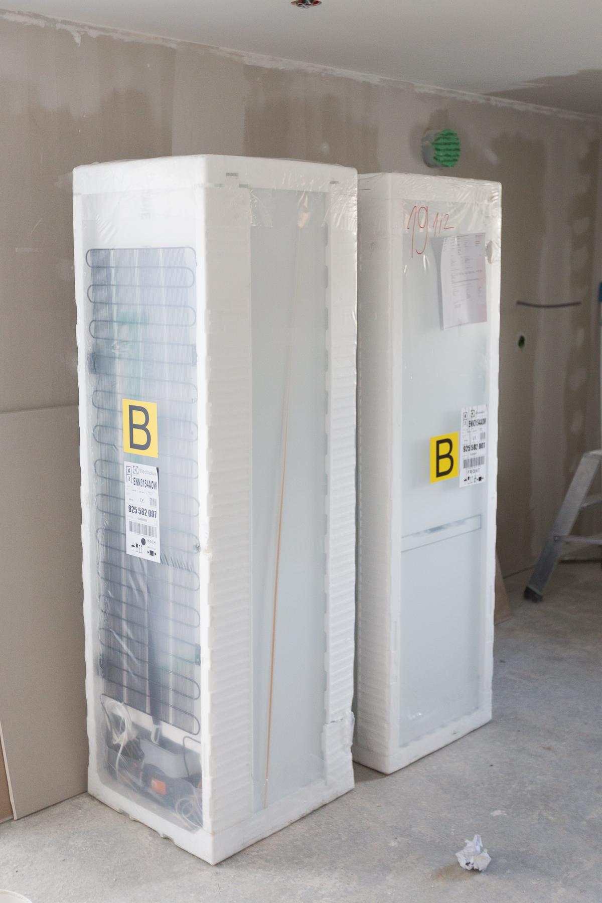 Tvåstycken integrerade kyl-/frysskåp från Electrolux beställda från  Elfynd  för 5999 kr/st. Är exakt samma modell som  IKEA HÄFTIG  för 7495 kr/st.
