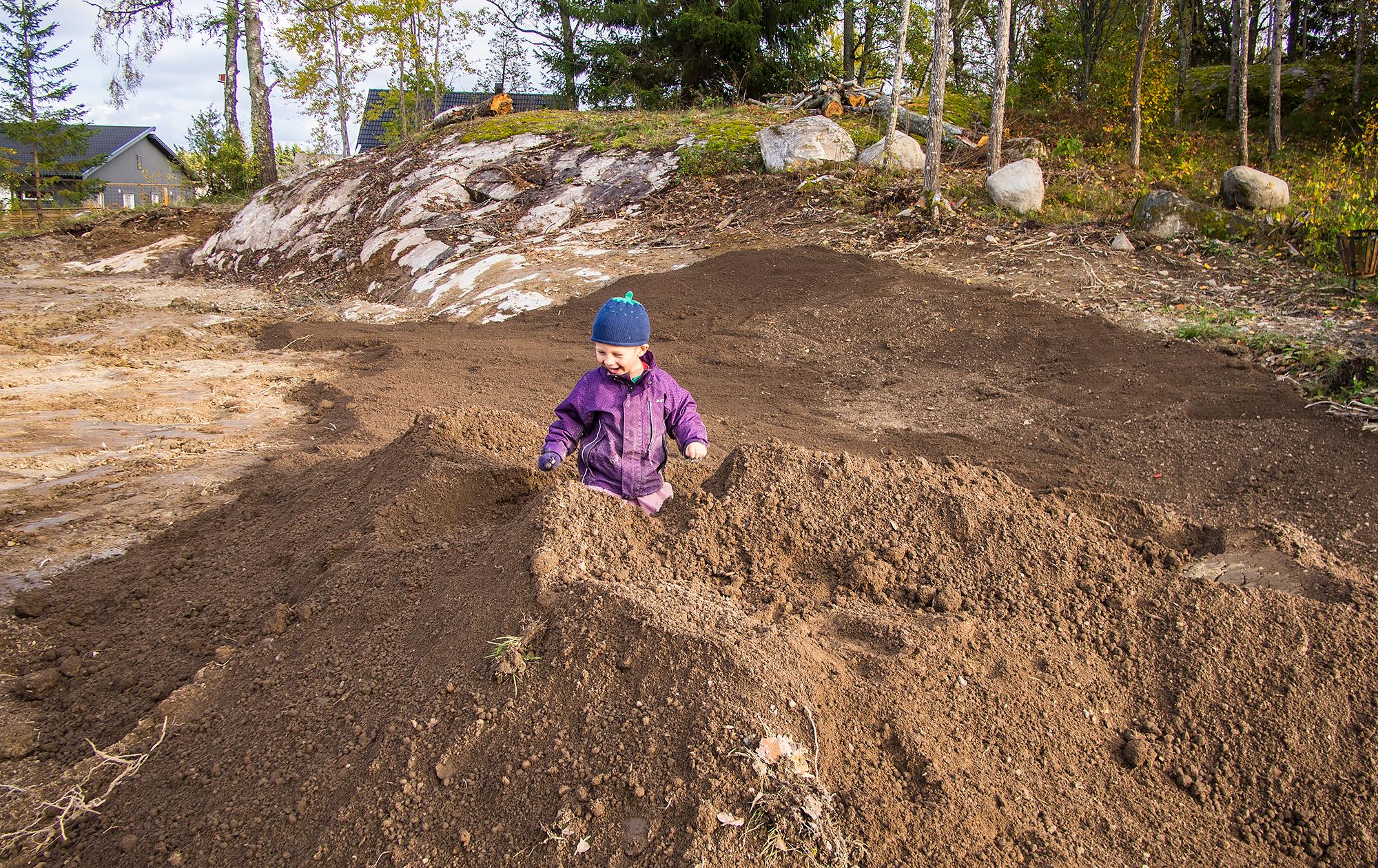 Noel leker i matjorden som ska läggas som ett 10 centimeters topplager på befintlig lerjord, innan gräsmattan ska rullas ut.