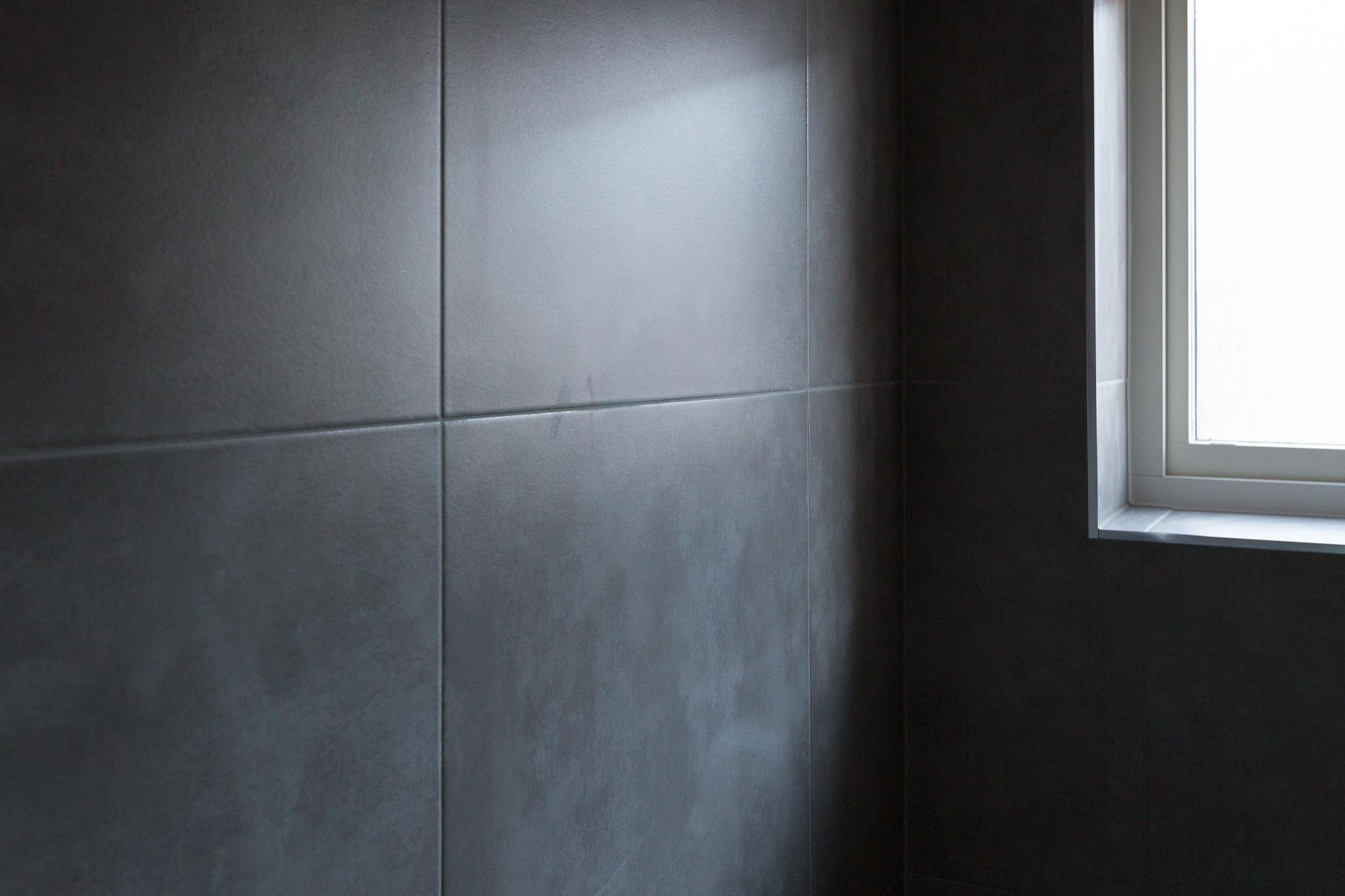 Plattsättning i badrummet nere och tvättstugan är klar. Nu ska stora badrummet förberedas för plattor och färdigställas av  EDC Bygg.