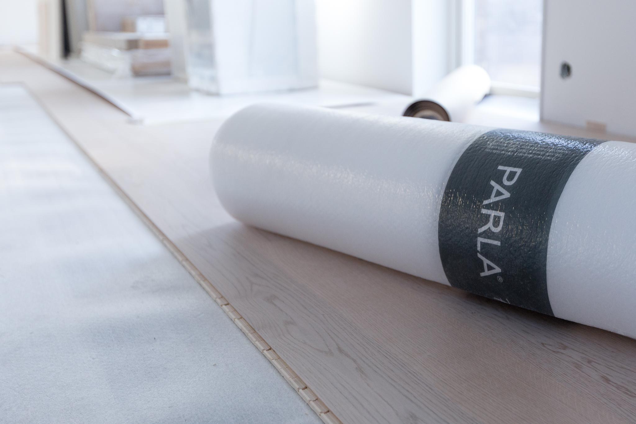 Det blir en vitt mattlackad 1-stavsparkett från finska  Parla (sponsor) . Riktigt snygg och tålig planka med sex lager lack och 3,5 mm slitskikt så att det går att slipa flera gånger. Golvet består av bara tre lager trä så mängden lim är minimal och golvet är också M1-klassat vilket är den högsta emissionsklassen. Parketten är även  Real Wood -märkt,så för varje träd som huggs ner planteras ett nytt.  Parla Select Soprano  heter parketten.
