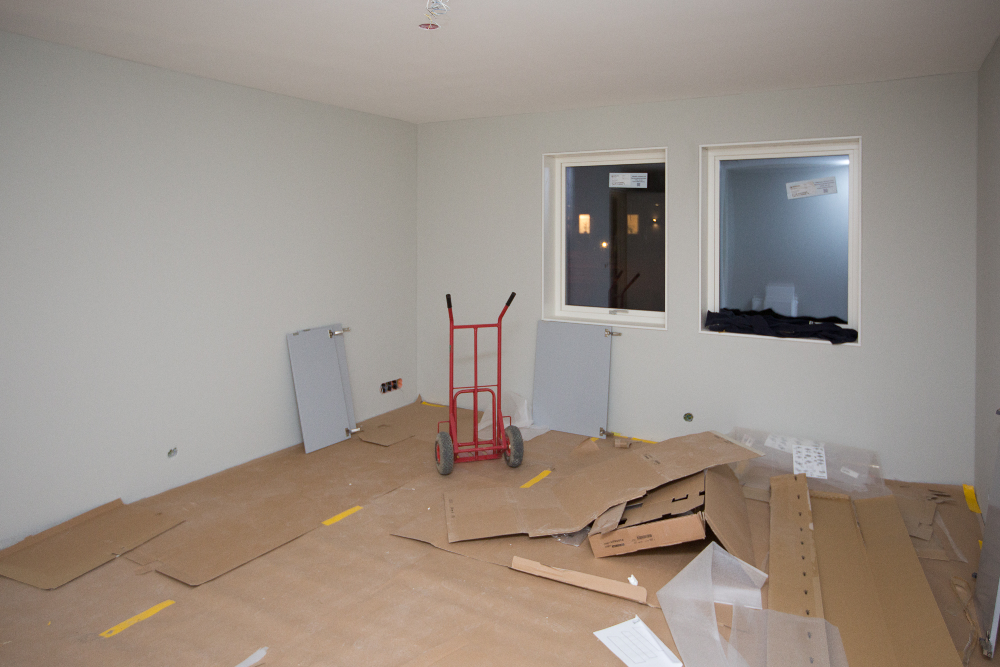 Kontor och gästrum. Äntligen tömt på vitvaror etc så man får en bättre känsla av rummet.