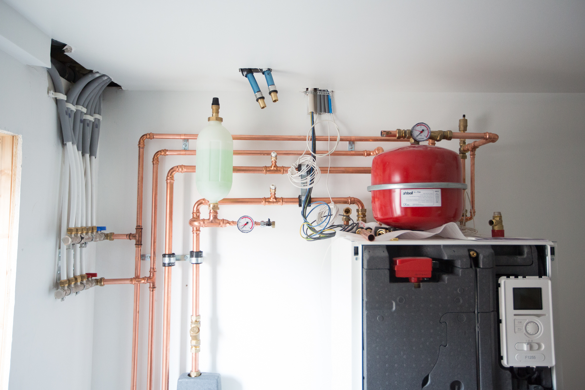 Värmepannan snart färdiginstallerad och redo att tas i bruk.  Pump: Nibe F1255 6 kW (bergvärme).