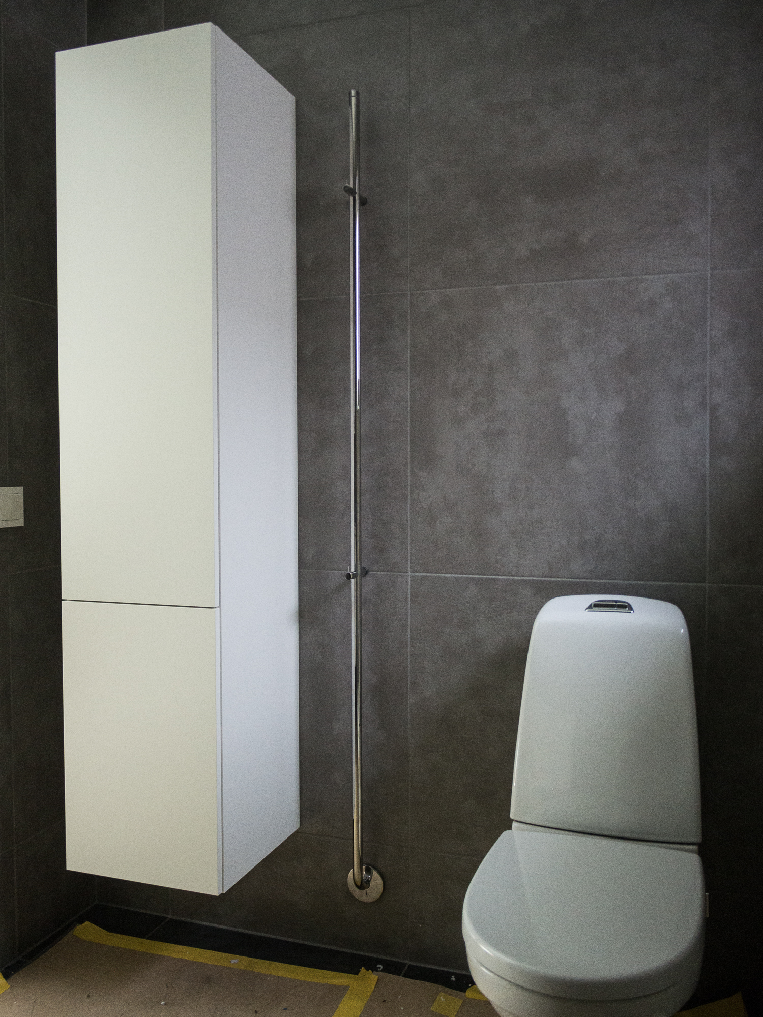 Våra badrumsmöbler är i  Gustavsbergs serie  Artic.     Toaletten är vägghängd och heter   Gustavsberg Nautic 1522   med utanpåliggande cistern (sponsor).