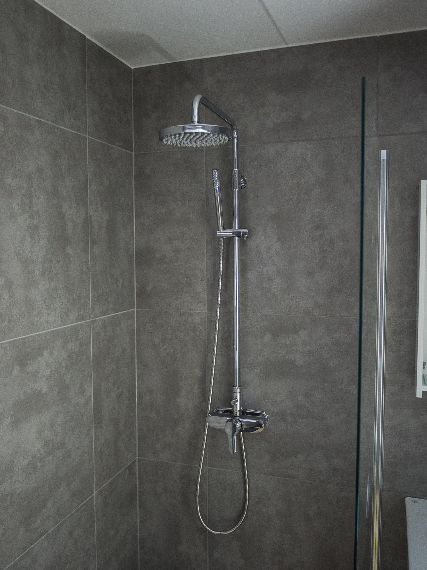 Badrummet nere är i princip klart.Duschsetet är från  Gustavsberg och heter  G2  (sponsor).  Kaklet är från  Konradssons Kakel och heter  Cement Gris Grå 60x60 cm (sponsor).