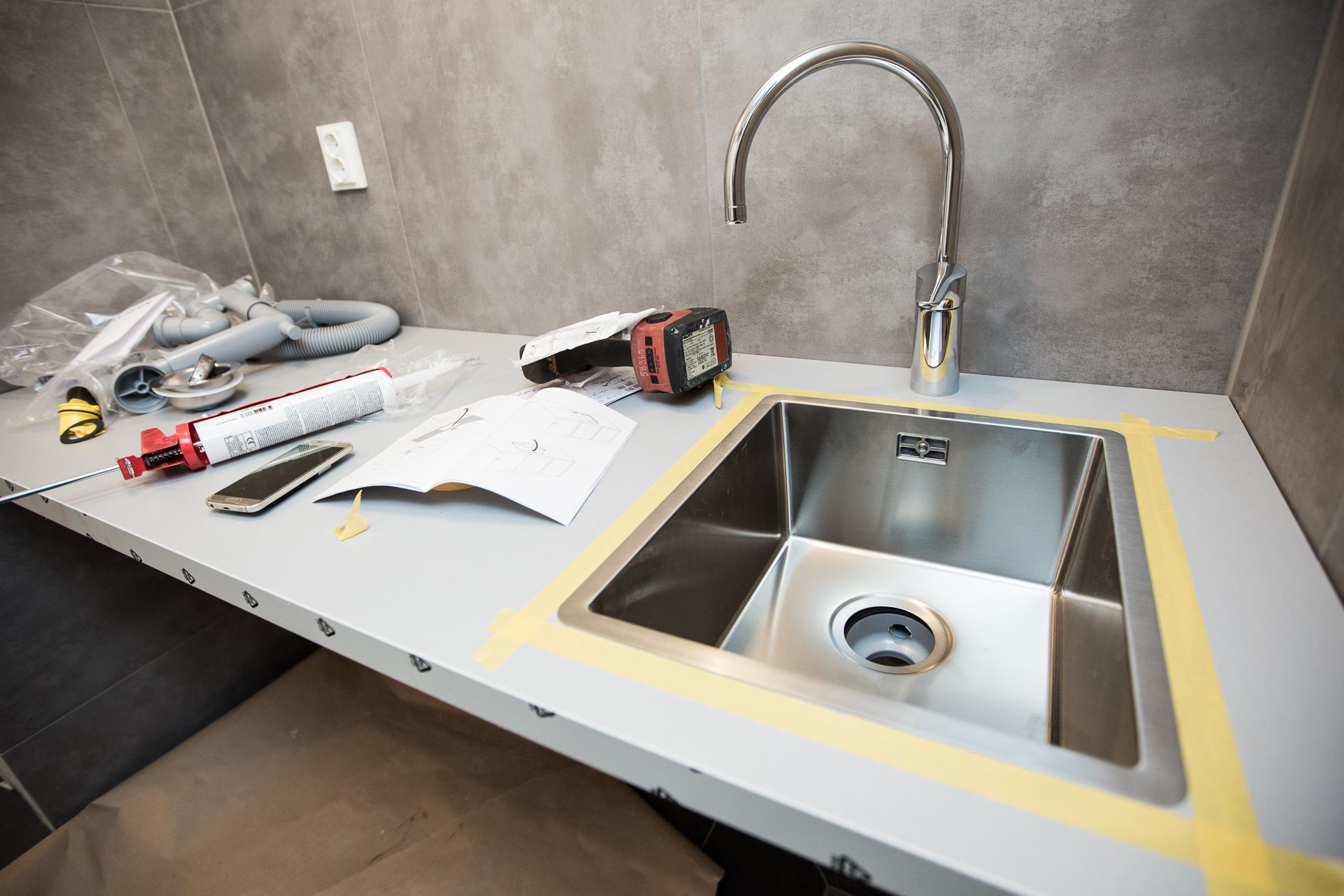 I tvättstugan har jag sågat till och monterat bänkskiva IKEA HÄLLESTAD. I den har jag monterat en IKEA NORRSJÖN diskho. Blandaren är från  Gustavsbergs miljövänliga serie Nautic (sponsor).