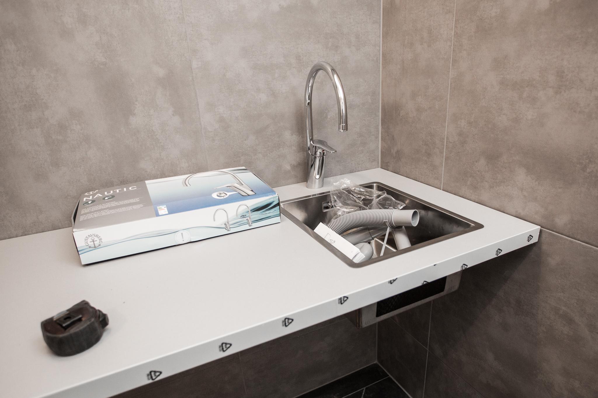 Under bänken kommer sen tvättmaskin och torktumlare. Rörarbetet fixar  EDC Bygg.