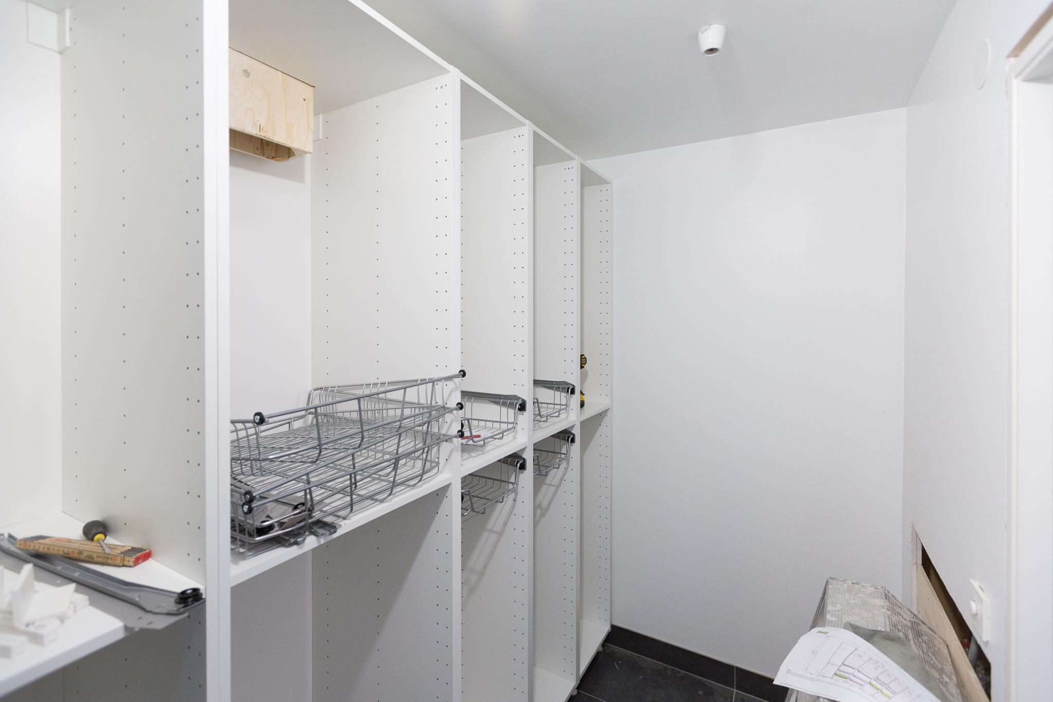 Klädförvaring i tvättstuga med tvättnedkast från badrummet på övervåningen. Garderoberna är IKEA METOD med lucka VEDDINGE vit.