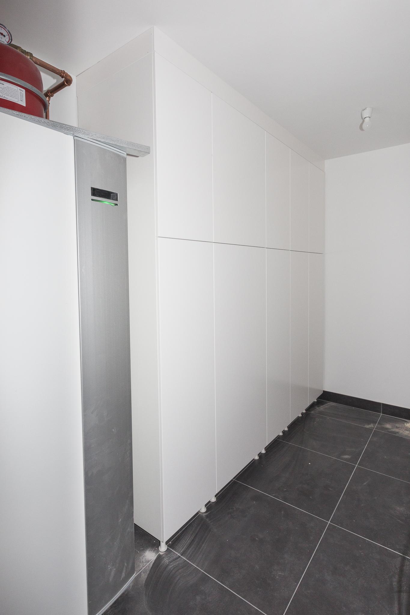 I tvättstugan har nu även garderoberna kommit på plats. I en av dem landar kläderna från tvättnedkastet som går upp i badrummet på övervåningen.