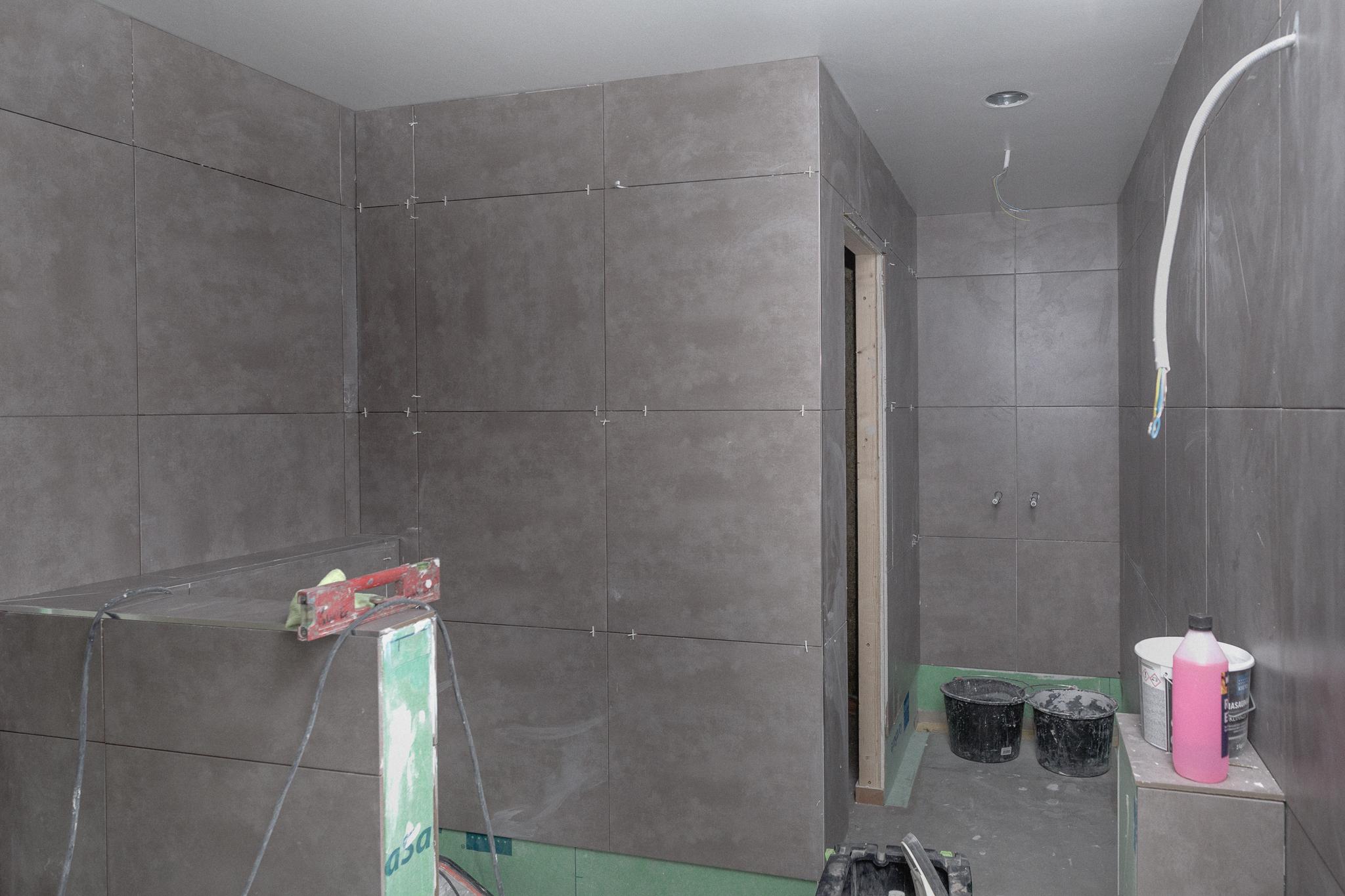 Från vänster:  vägghängd wc, bastu, dusch, handdukstork, tvättnedkast till tvättstugan, dubbelhandfat med kommod.