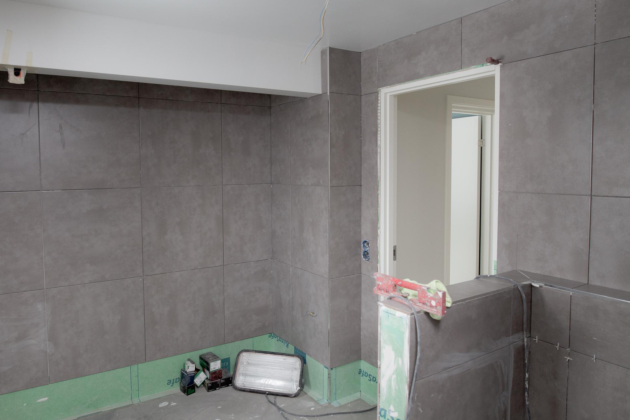 Från vänster:  badkar, handdukstork, vägghängd wc.
