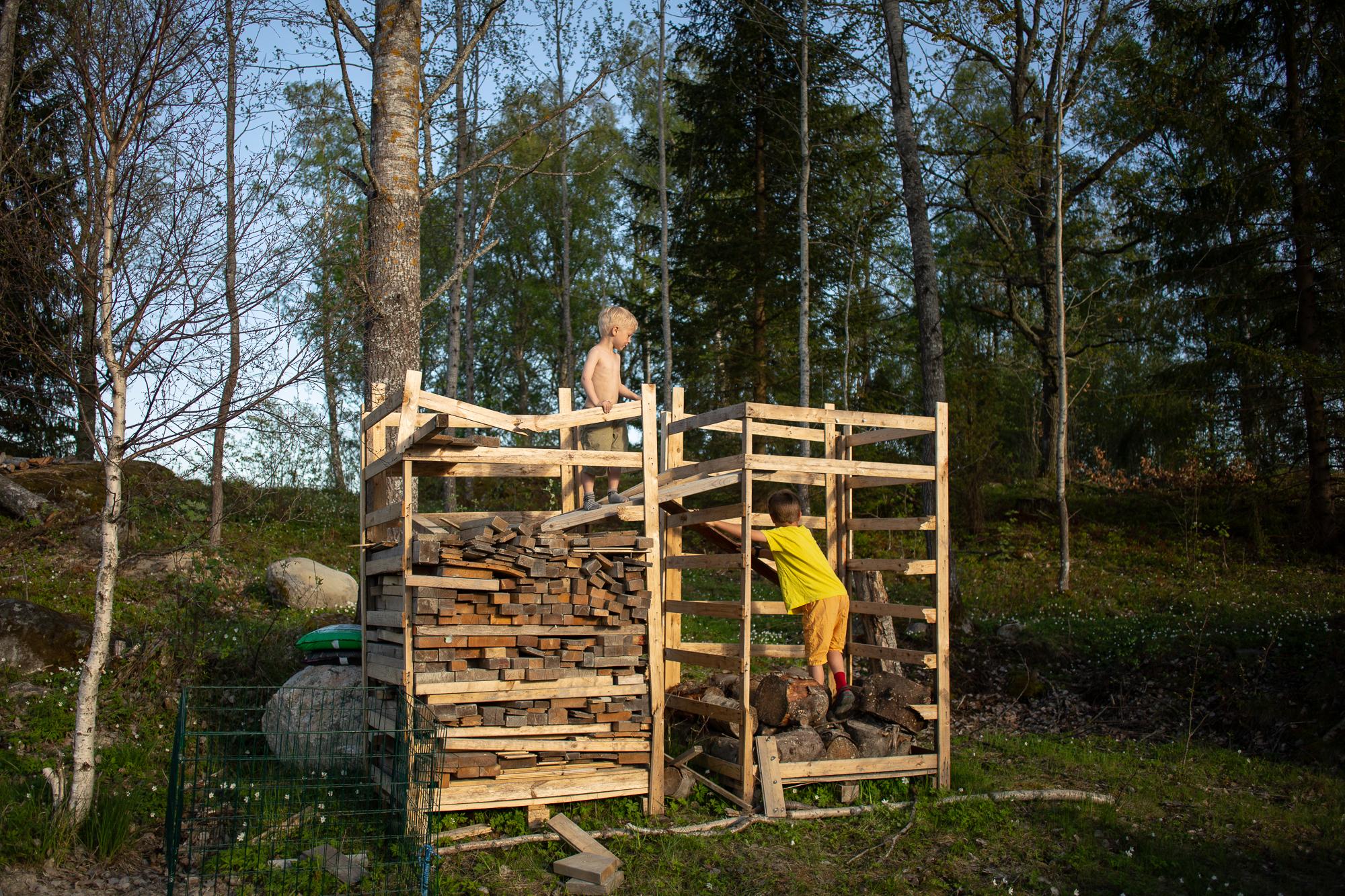 När husbygget var klart var det dags för kojbygge. Blir en tvåplanare det med.