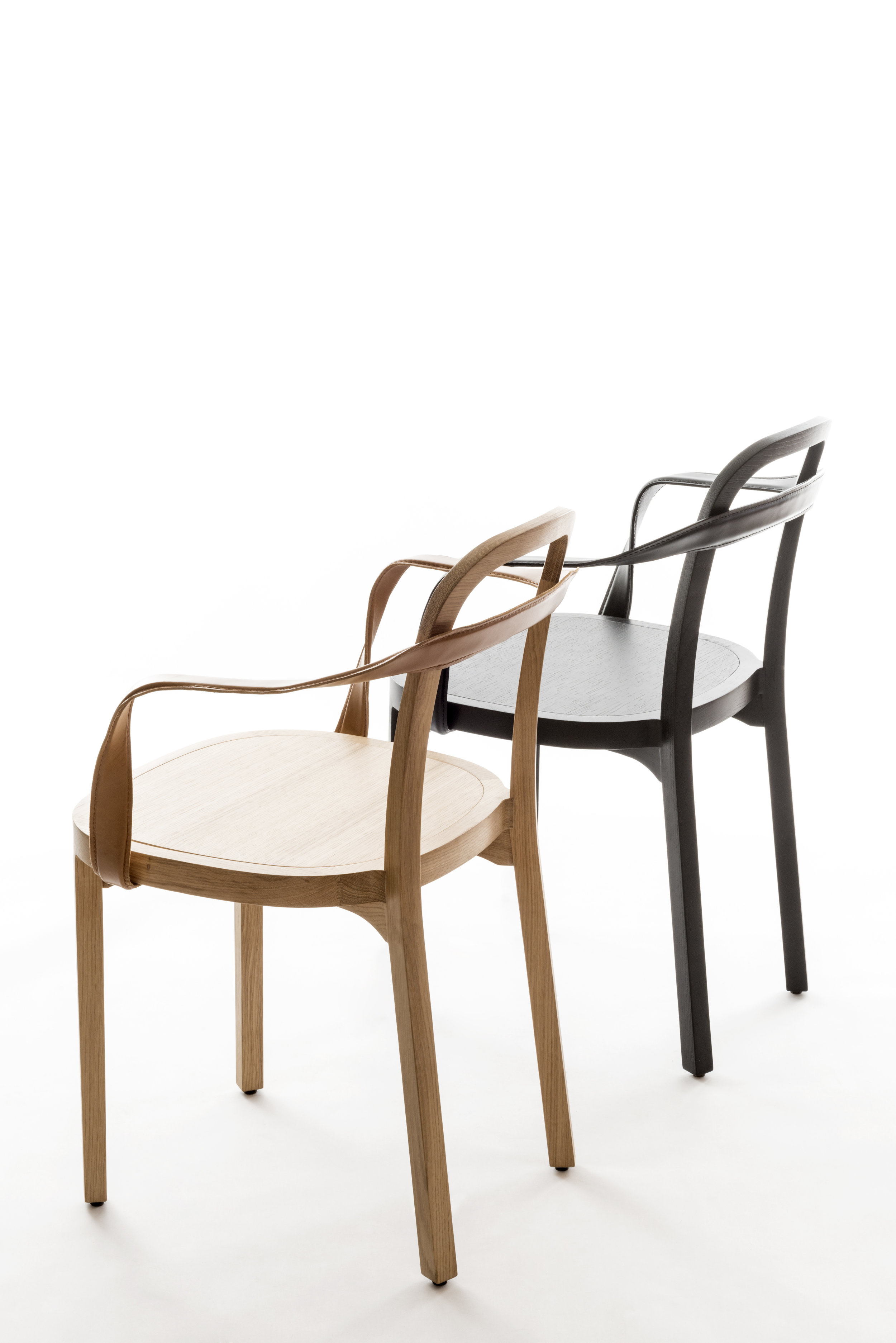 4450 SIRO+ with armrests natural oak and 4459 SIRO+ with armrests stained black