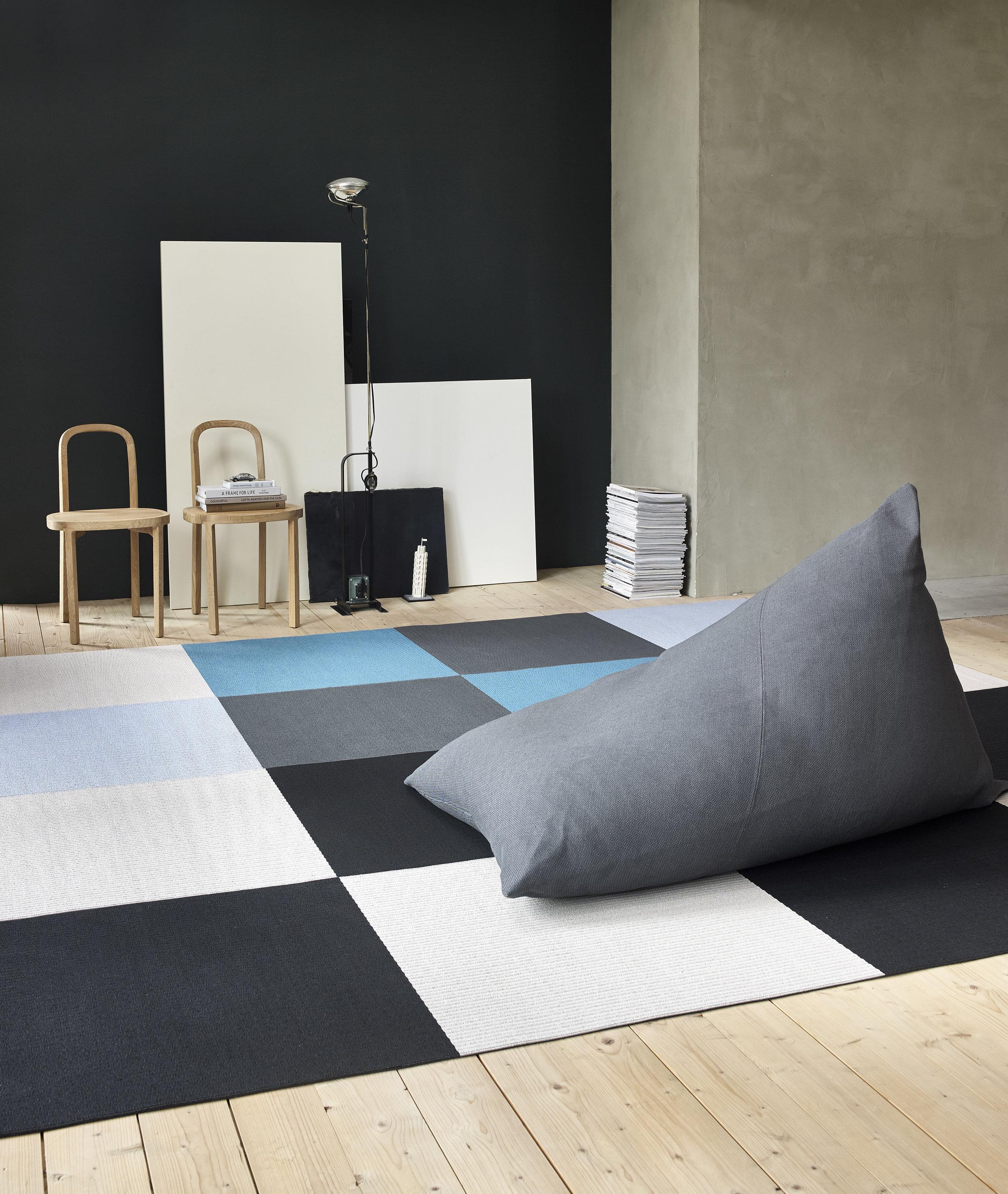 4611 My graphite lounge chair,  Squareplay  paper yarn carpet, 4400  Siro+  chairs