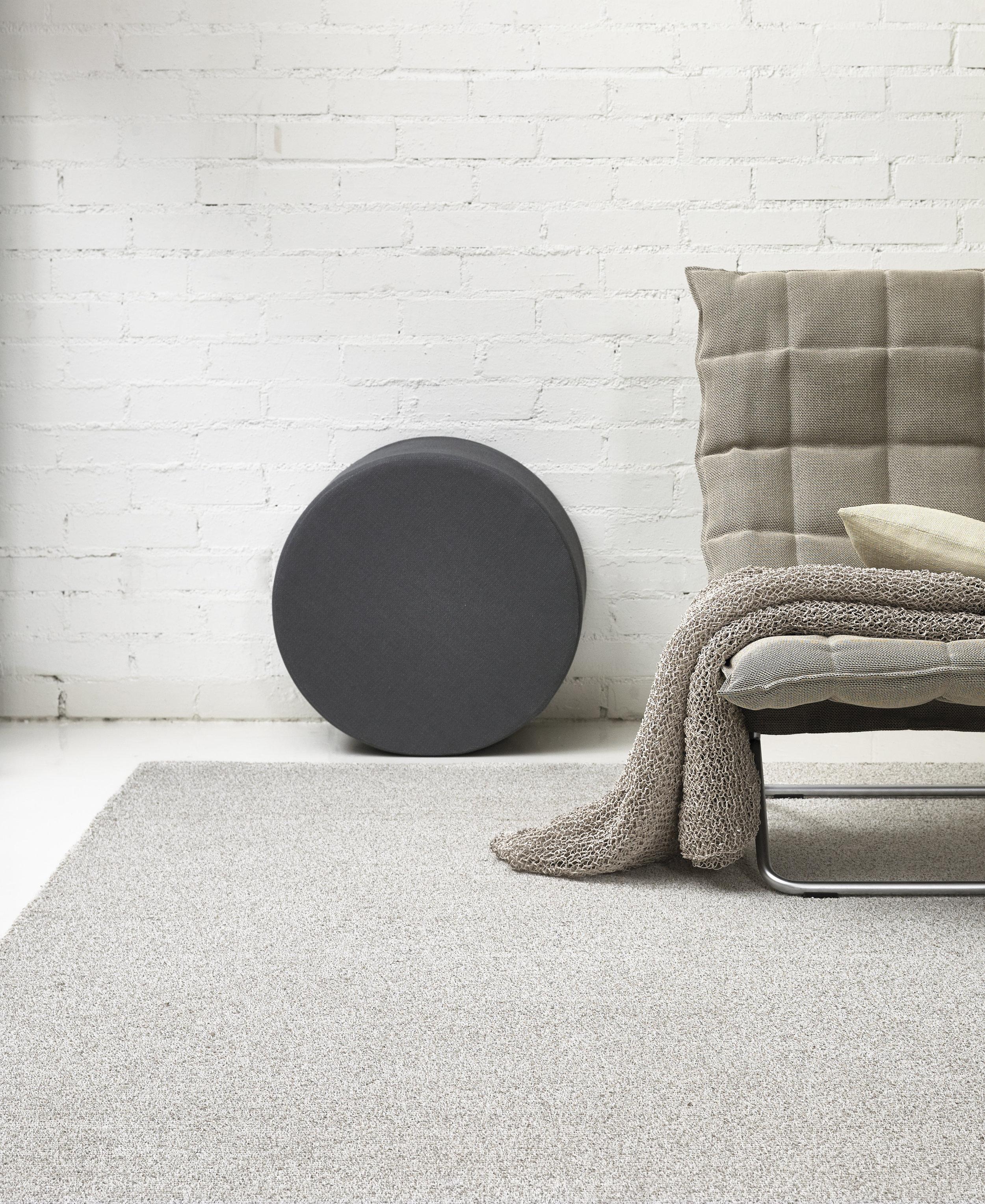 1651501  Tundra  tufted carpet, 436 Round Cool cushion, 46003 Narrow k Chair, 47215 Seaborn stone throw