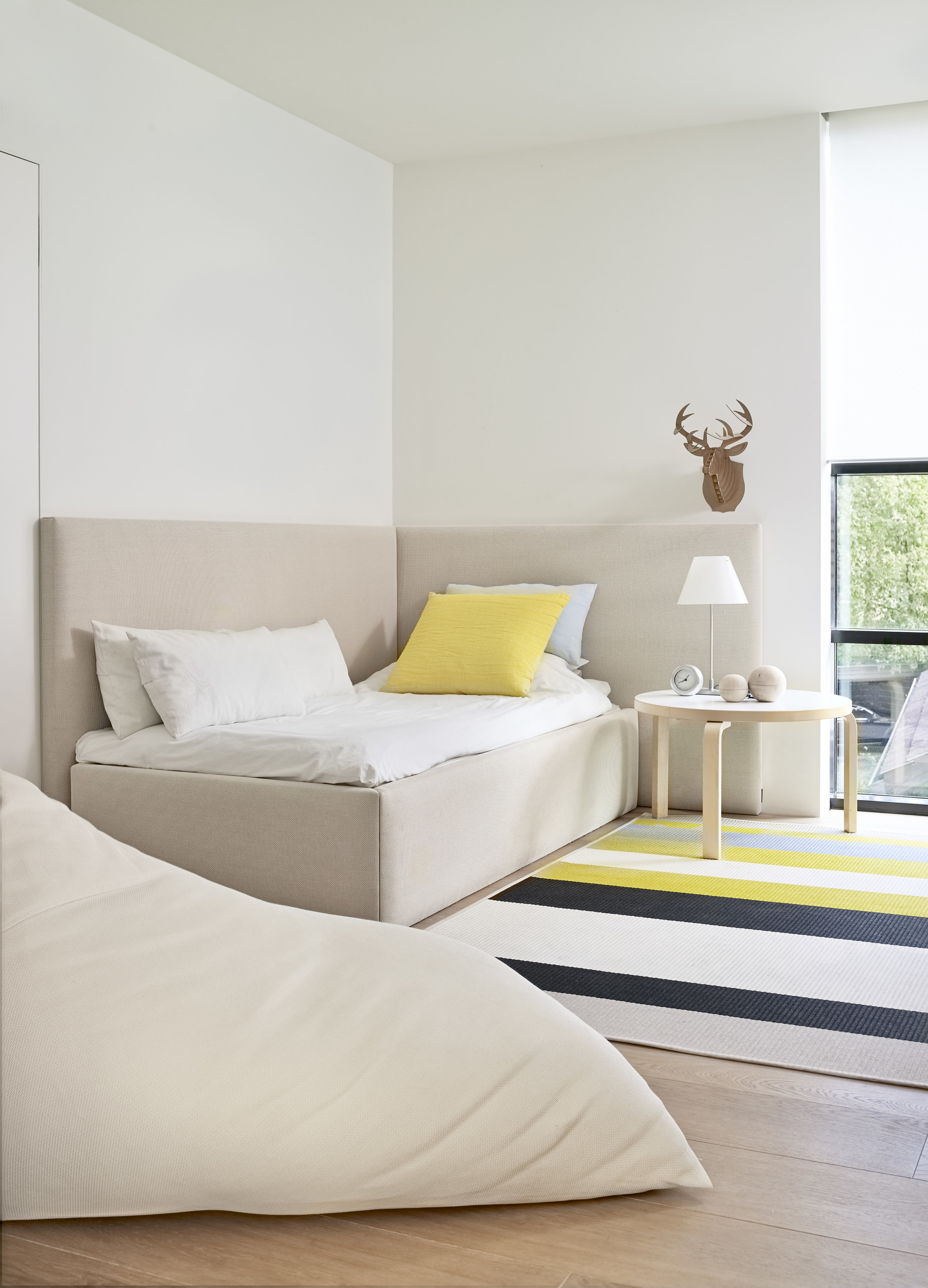 47004 Woodnotes Corner Bed stone-white, 1371522  Avenue  stone-yellow paper yarn carpet, 4611 My white lounge chair