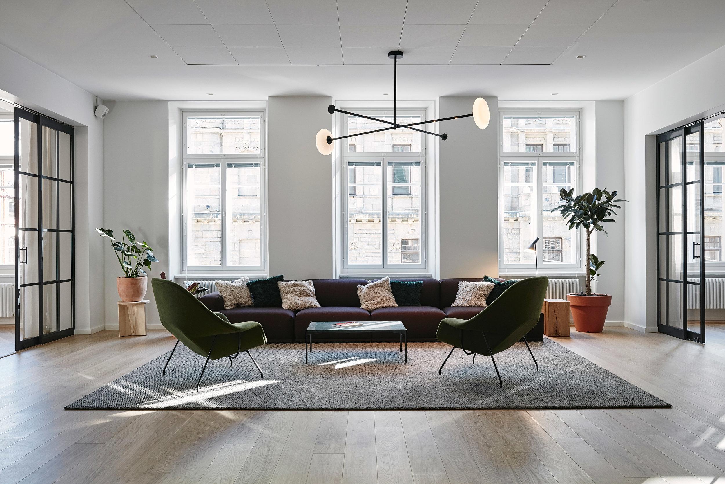 Personalized  Path  tufted wool linen carpet at the office lounge.  Interior design Joanna Laajisto. Photo Mikko Ryhänen.