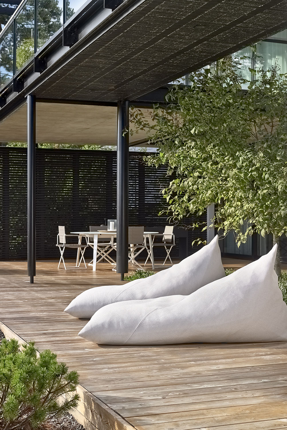 Outdoor Roo lounge chairs upholstered with Woodnotes Saimaa outdoor fabric col. natural white.