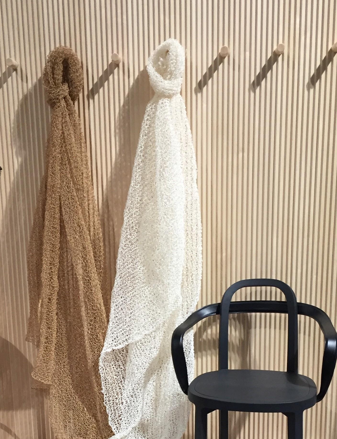 Veil curtains and Siro+ chair with armrest, black. ..Veil-verhoja ja musta käsinojallinen Siro+ tuoli.