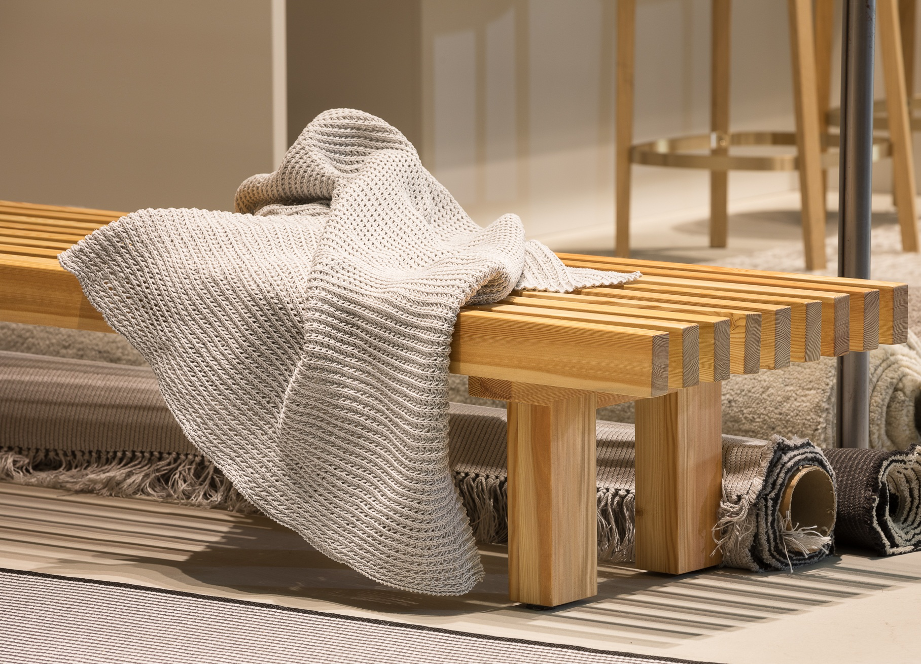 Laveri bench and knitted Outdoor Throw. /  Laveri-penkki ja ulkotilakäyttöön sopiva neule.