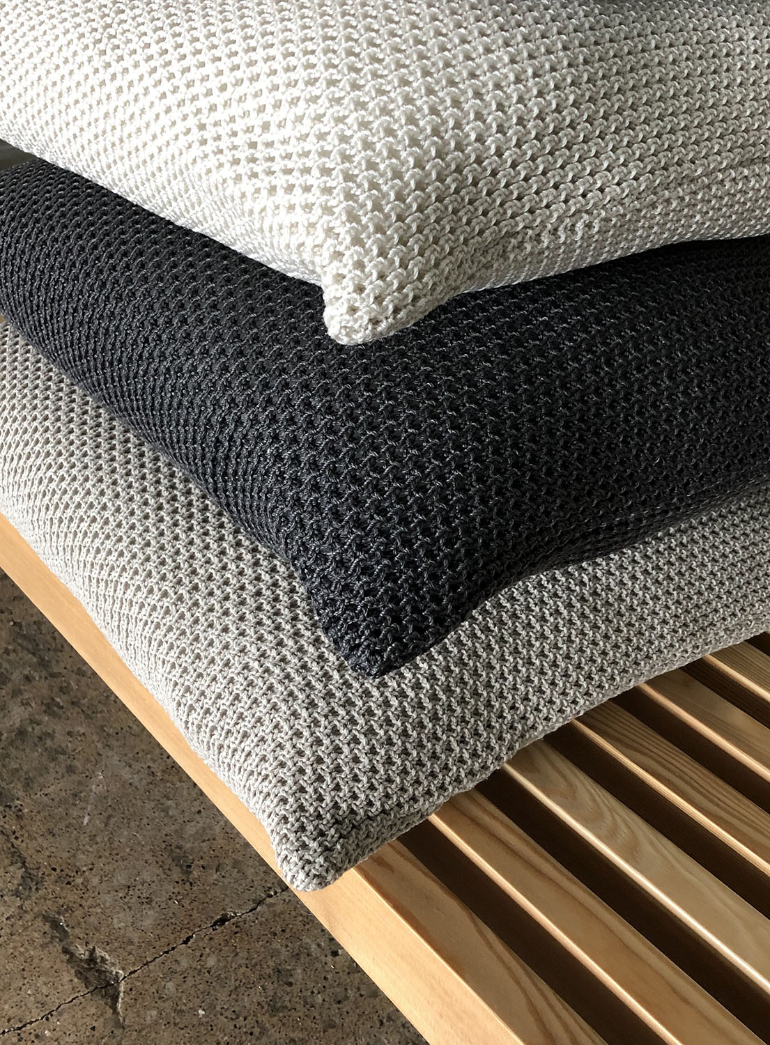 Garden cushions col. natural white, graphite, light sand (from top to bottom)