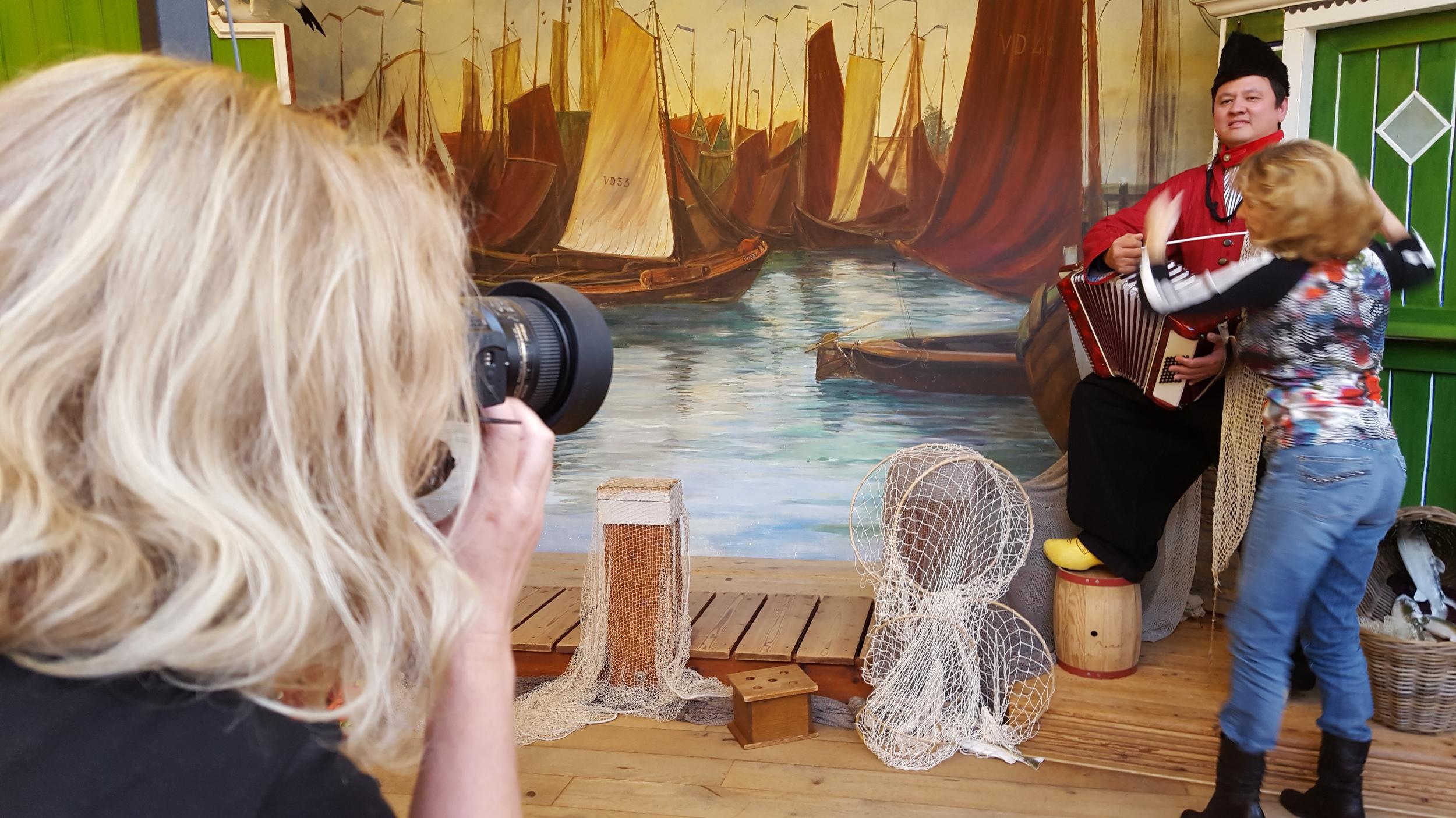 Fotografe maakt foto in klederdracht Volendam