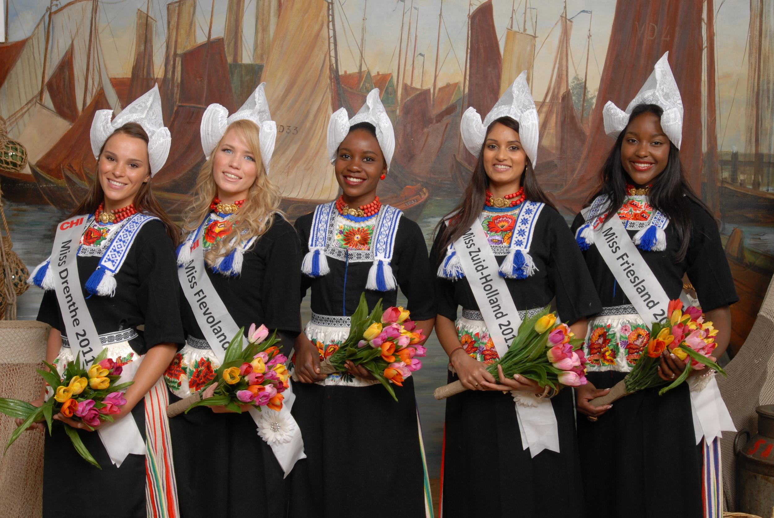 Foto in klederdracht Volendam Missen op de foto